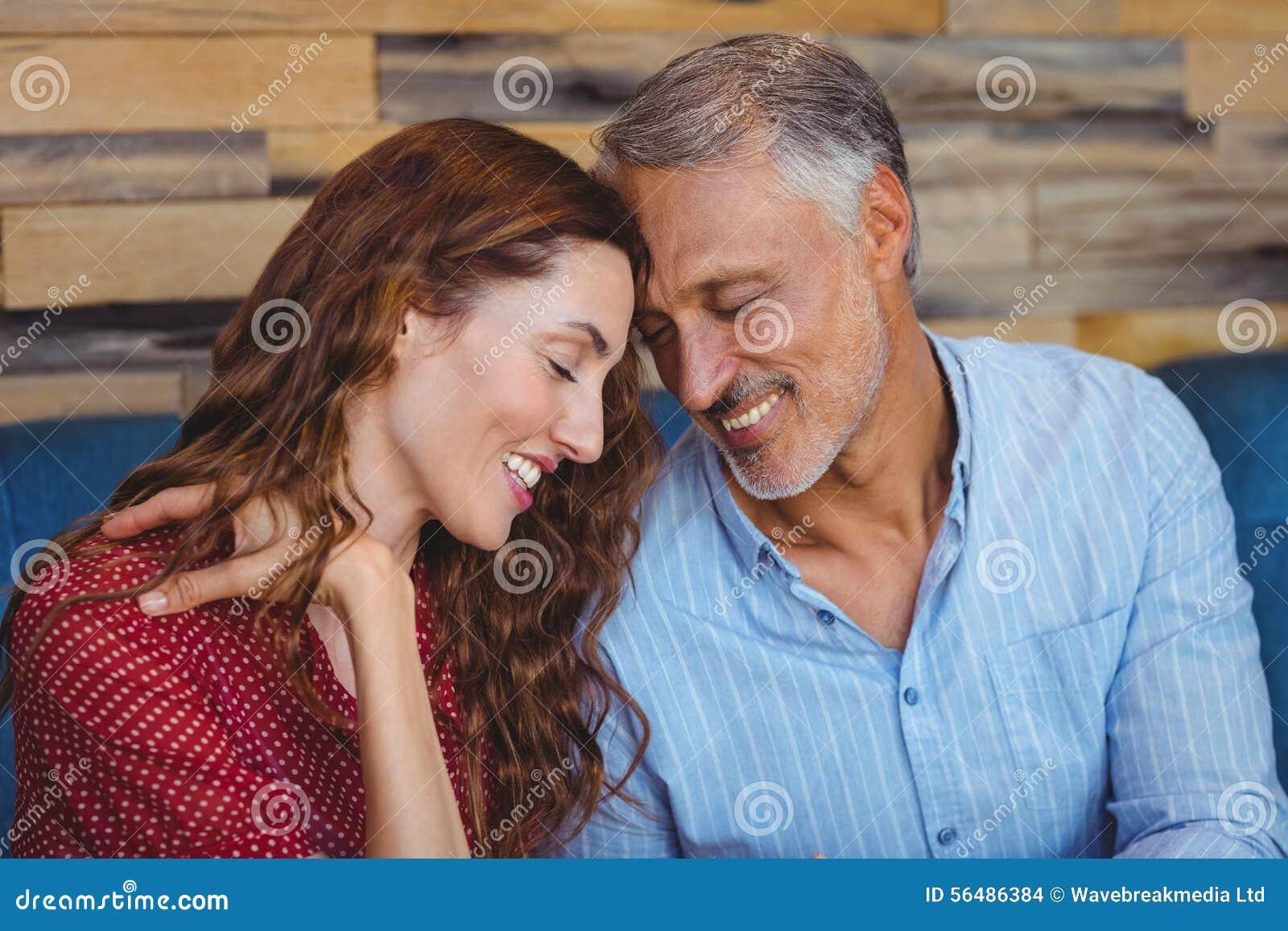 Sourire mignon de couples