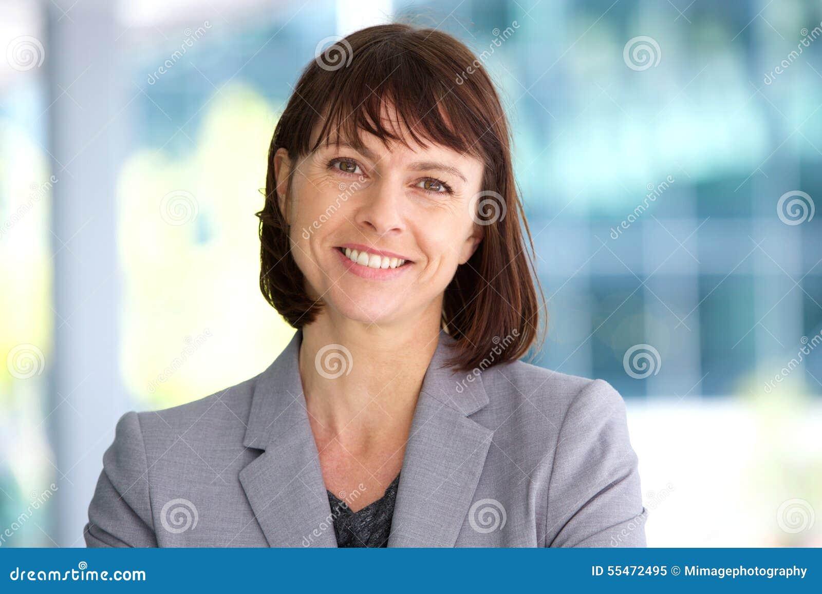 Sourire professionnel de femme d affaires extérieur