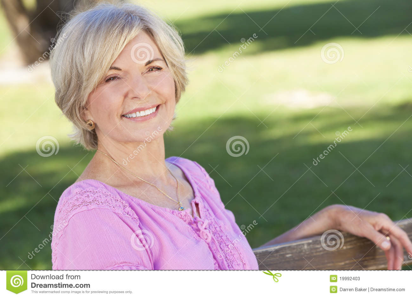 Sourire se reposant d extérieur de femme aîné heureux