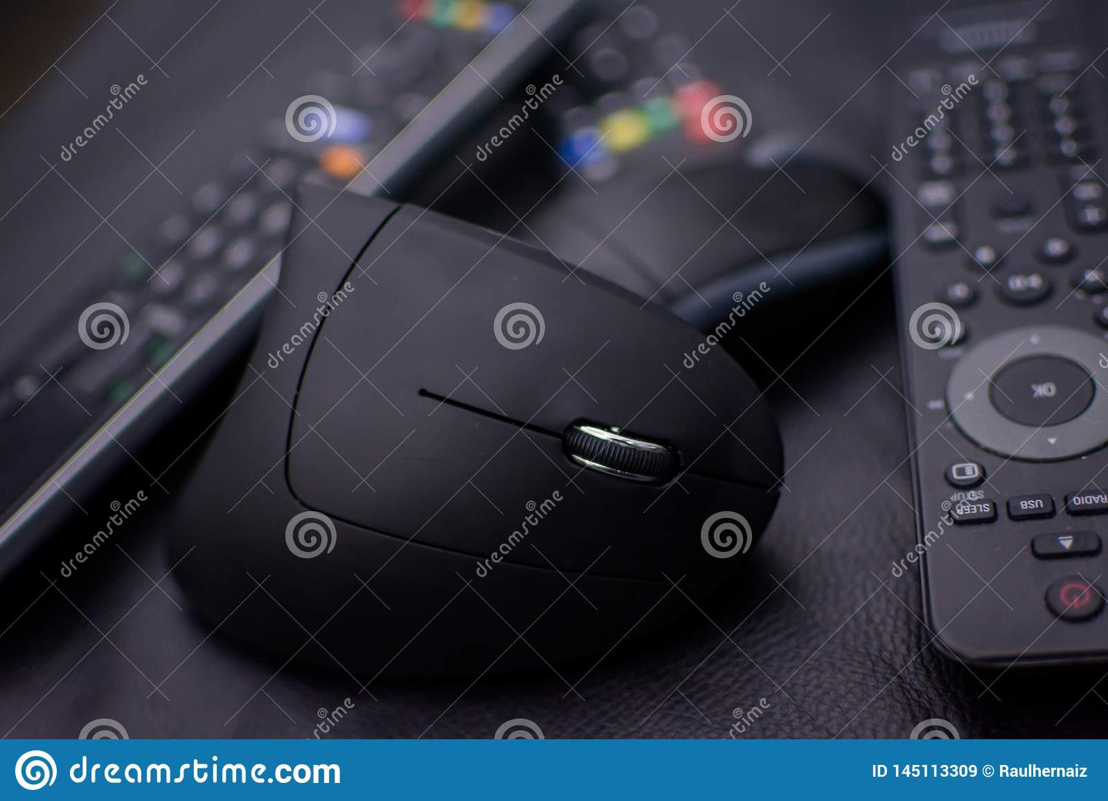 Souris d Opticicon sans câbles et télécommandes sur un fond noir et avec une légère tache floue Icône de l obsolescence pro
