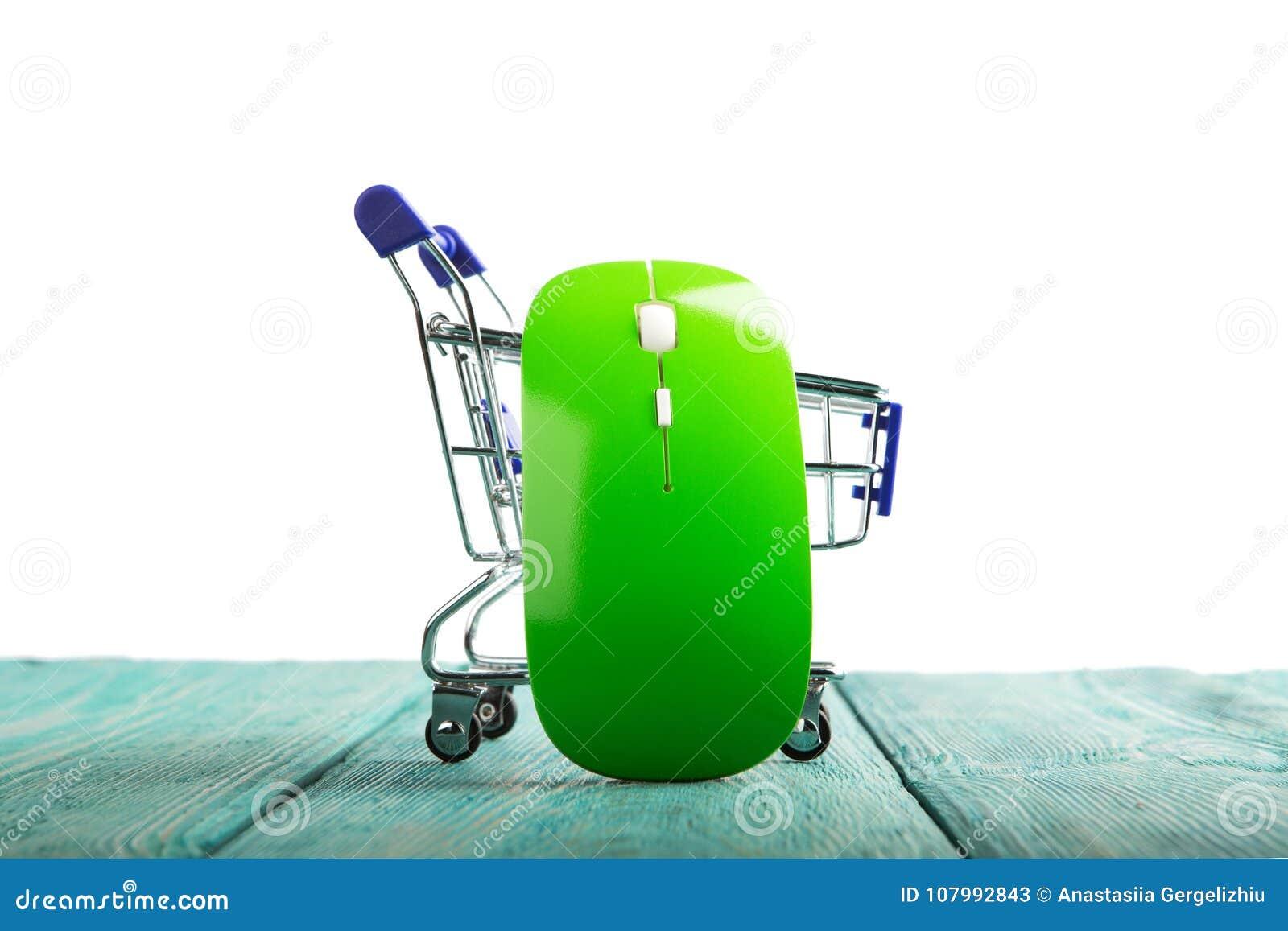 Souris sans fil d ordinateur dans un chariot de miniature-achats d isolement dessus