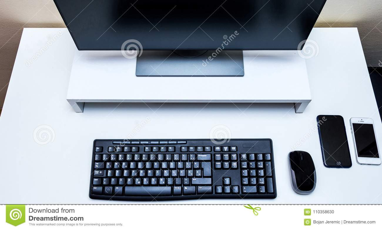 Souris sans fil d ordinateur moniteur noir clavier et deux