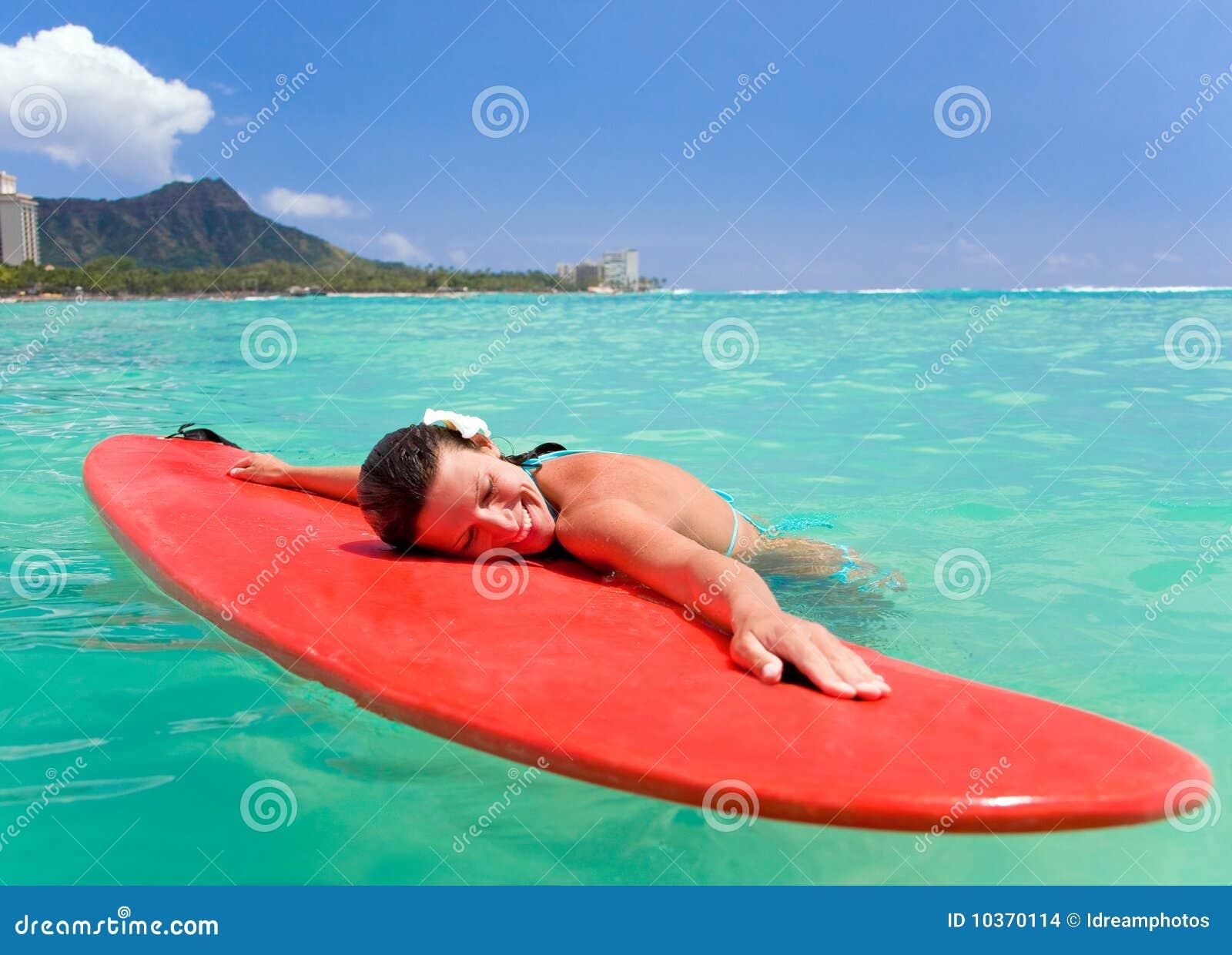Sourit la femme de planche de surfing