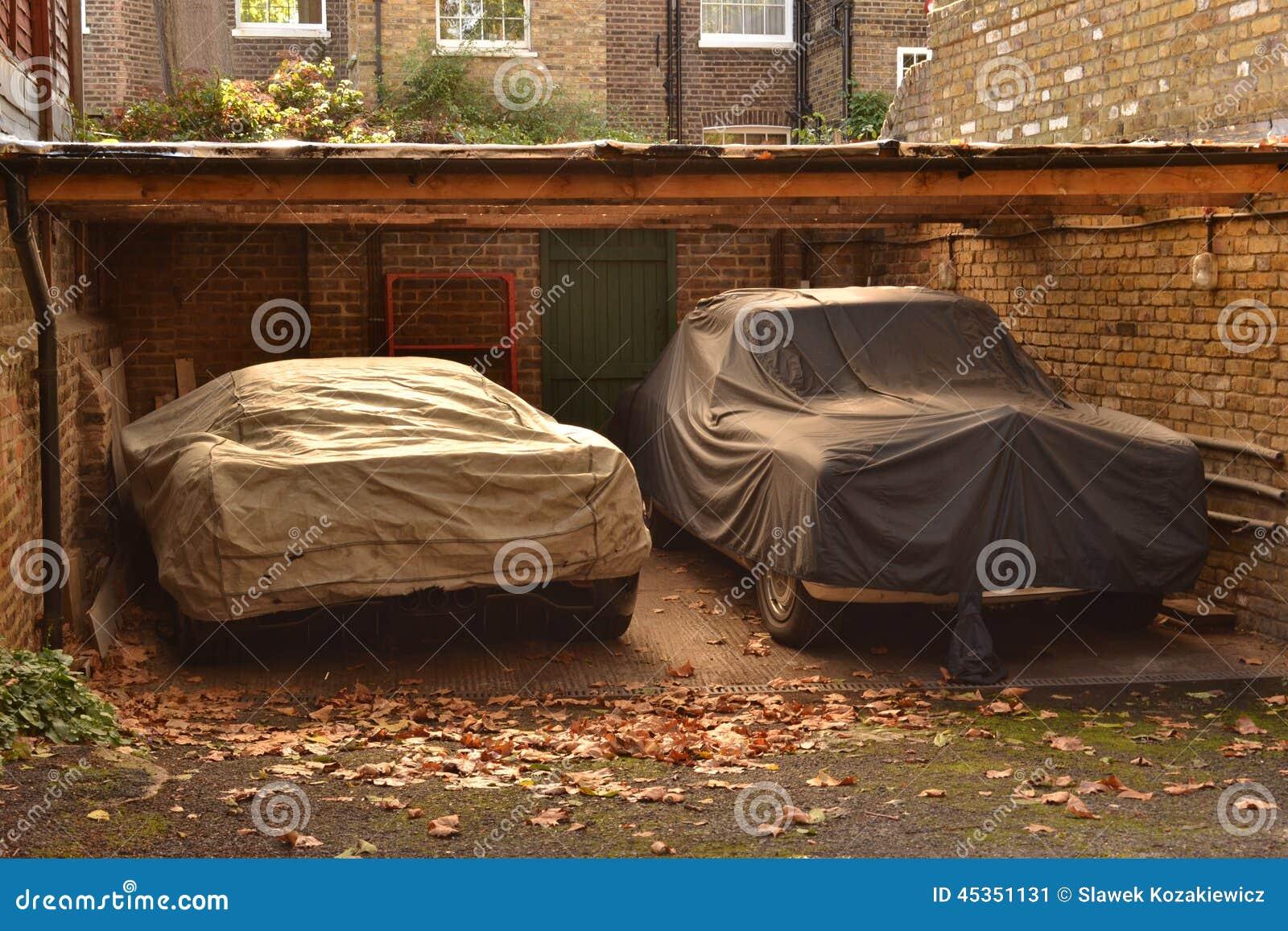 Sous le toit voitures couvertes garées