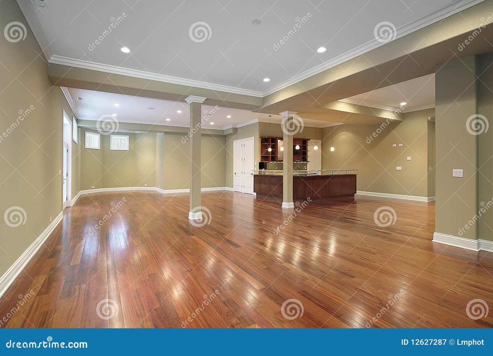 Sous sol avec la cuisine dans la maison de construction for La maison des sols