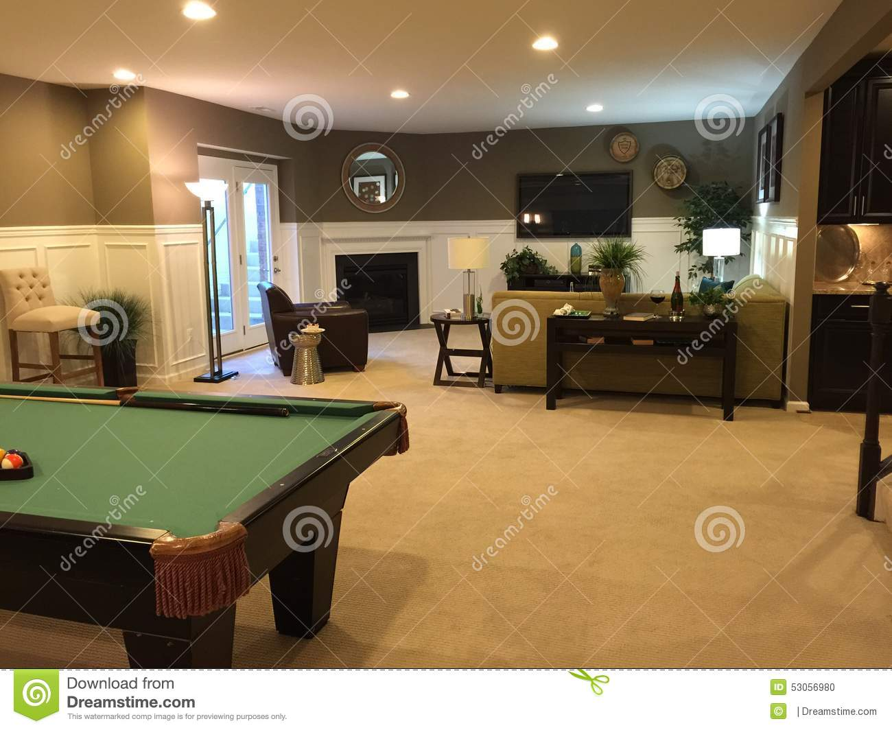 Sous sol avec la table de billard photo stock image 53056980 - Table de salon billard ...