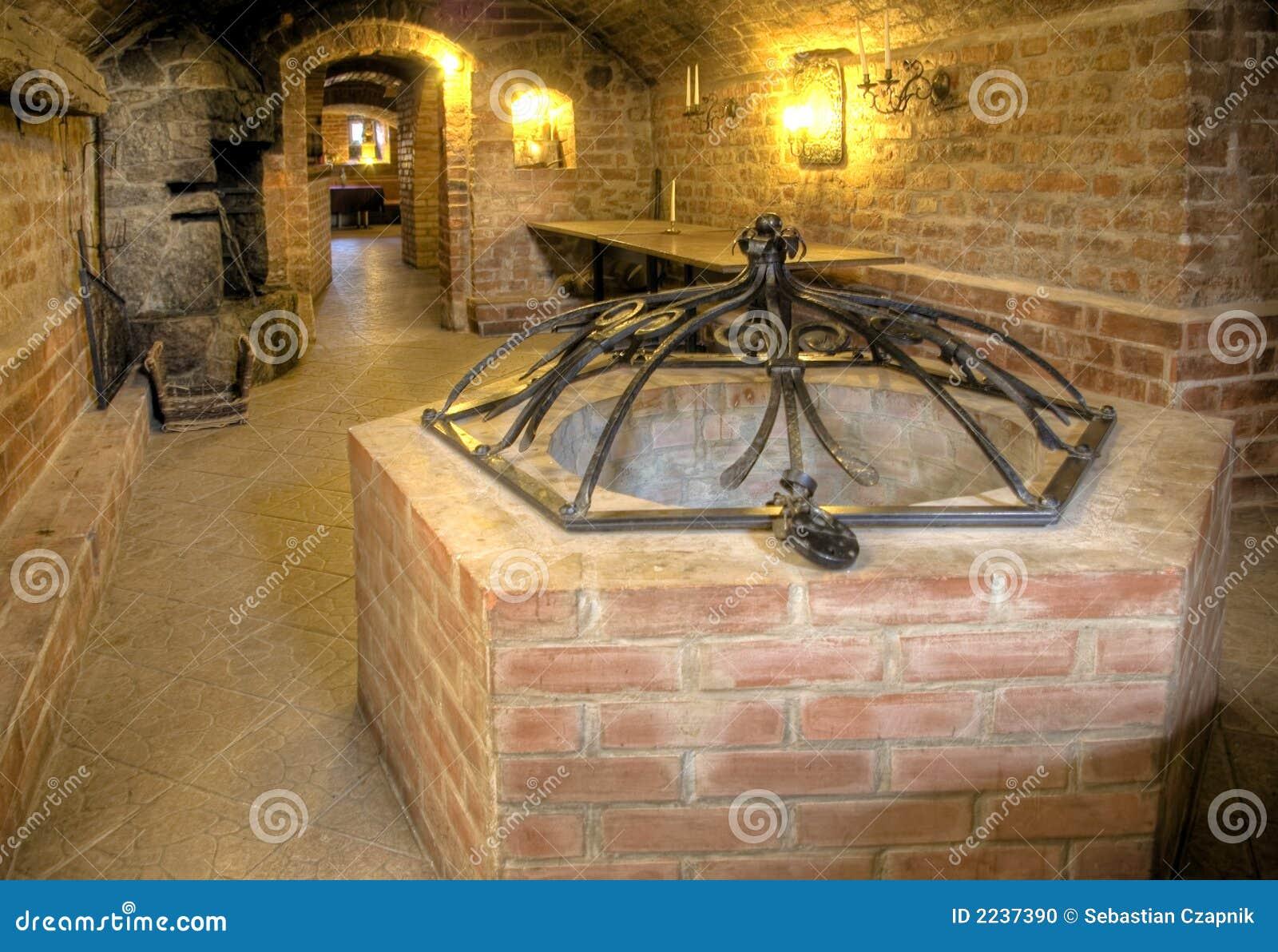 Sous-sol de château, un puits.