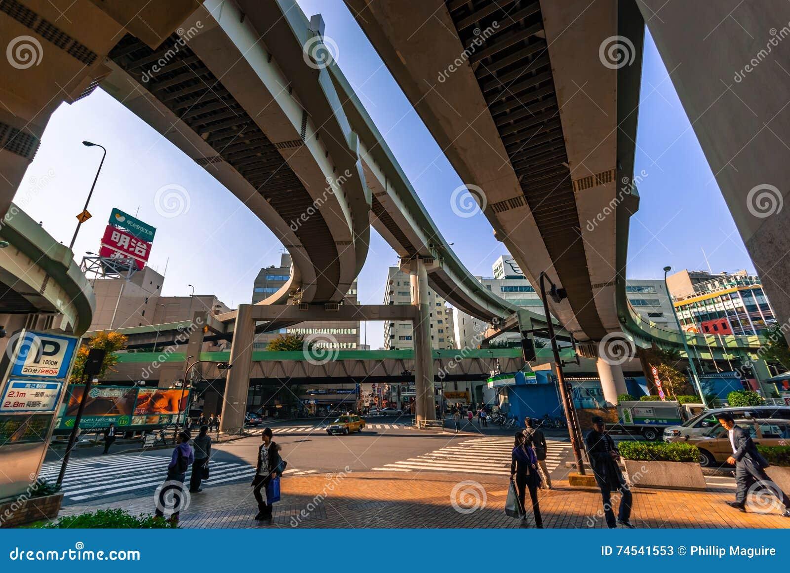 Sous une autoroute urbaine de Tokyo