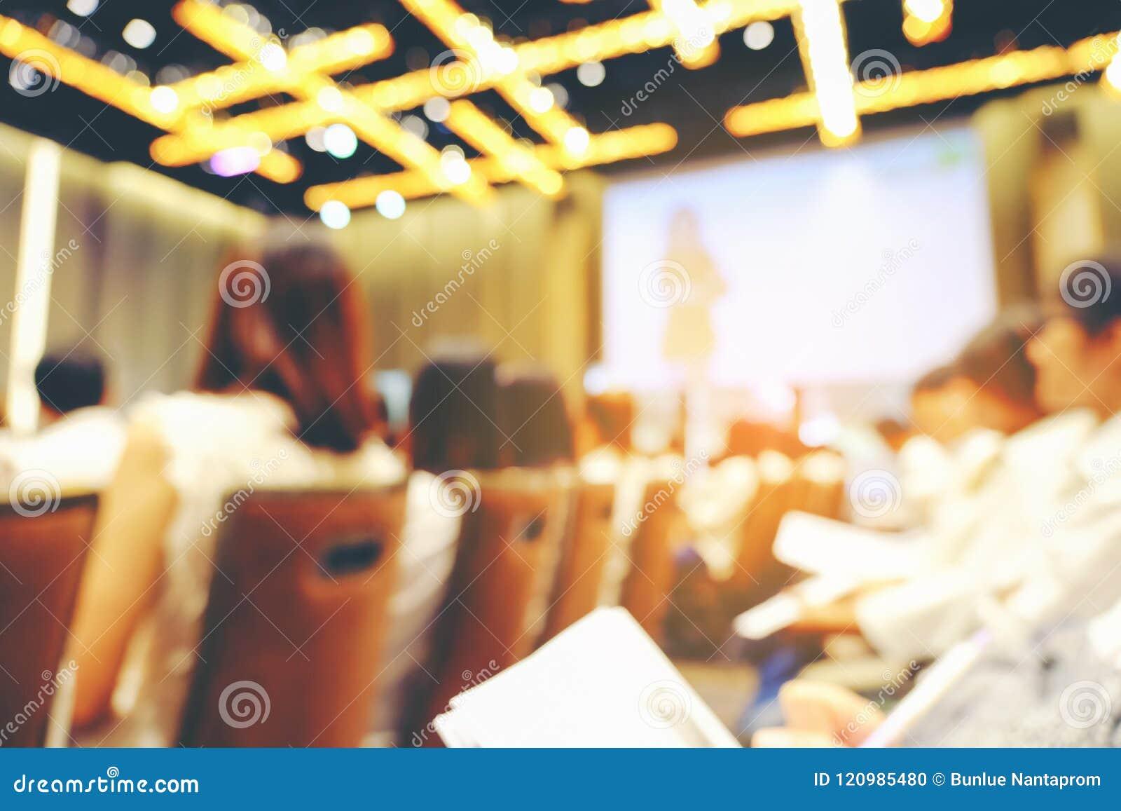 Soustrayez les personnes brouillées faisant l atelier dans la chambre de formation, educati