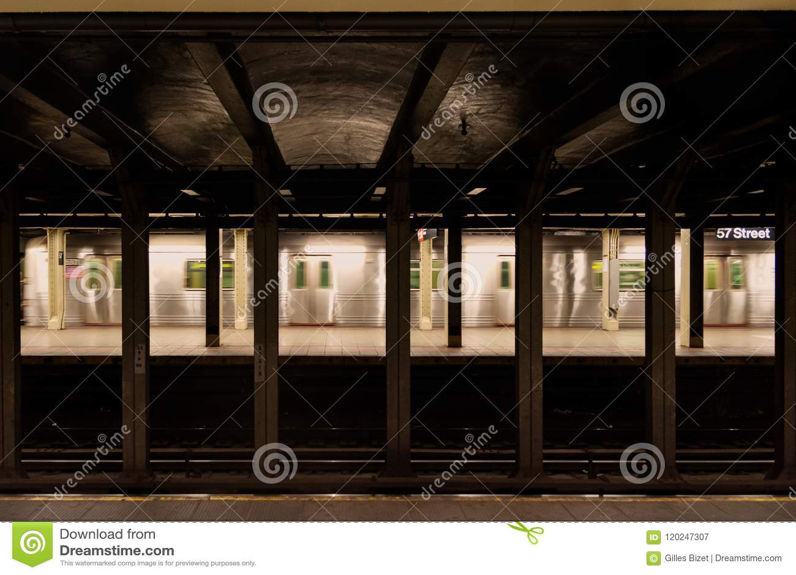 Souterrain de New York City dans la cinquante-septième station