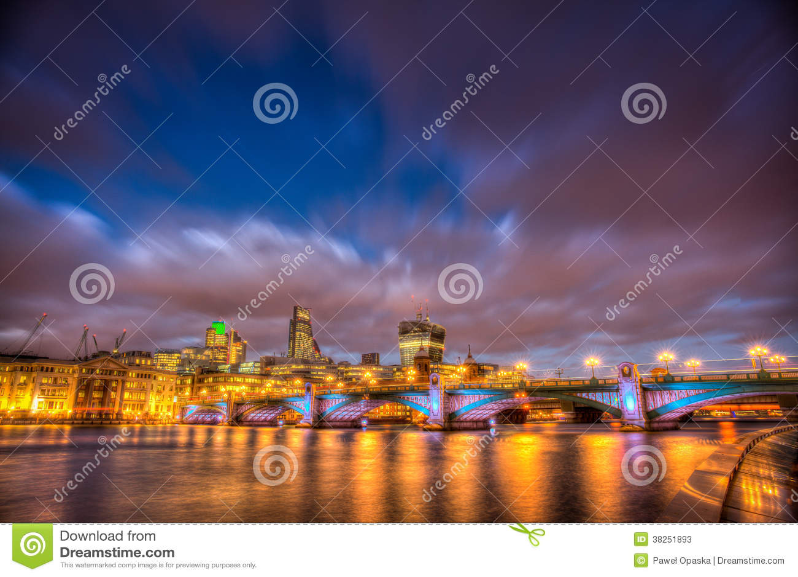 Southwark桥梁在晚上