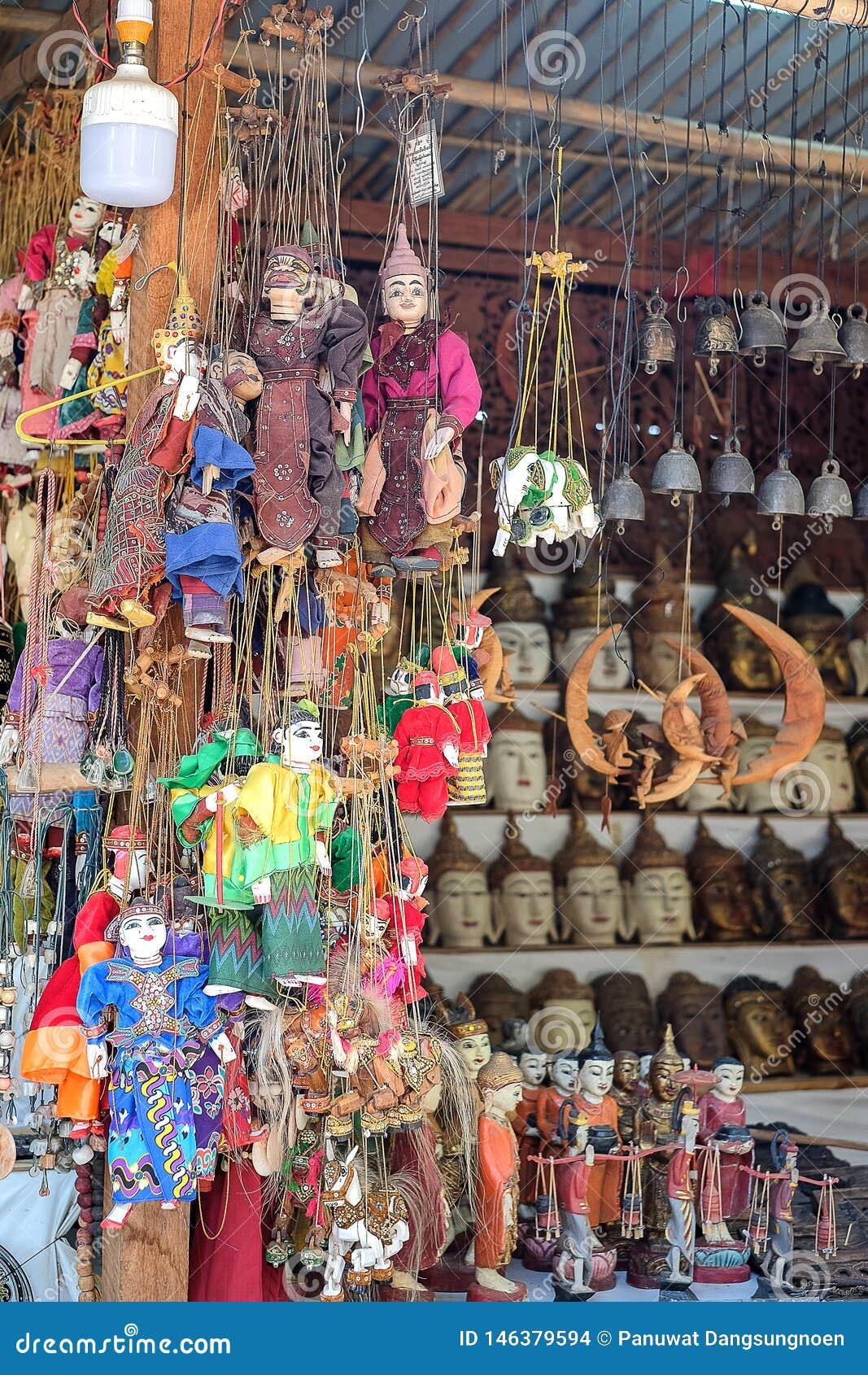 Souvenir de marionnette de ficelle, poupées colorées de tradition de Myanmar Birmanie dans la zone archéologique Bagan, Myanmar