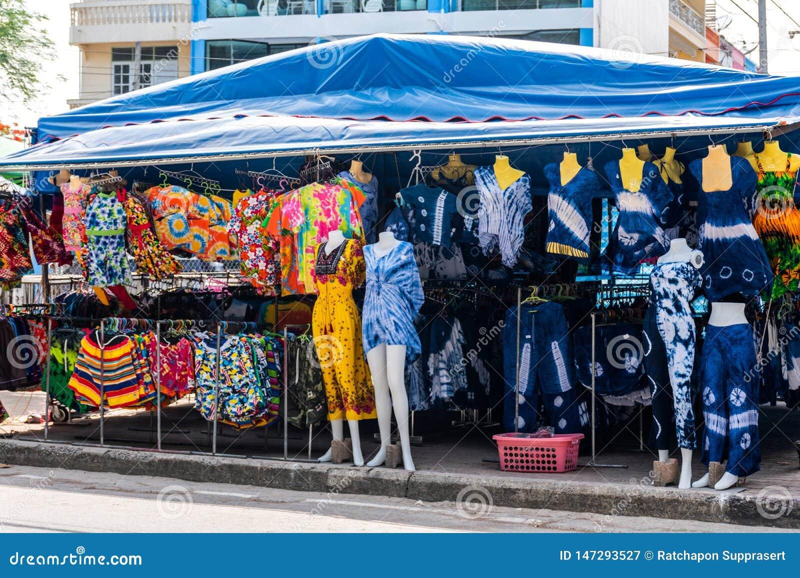 Souvenir shoppar swimwearmarknaden, en närliggande strand för turist- dragningar