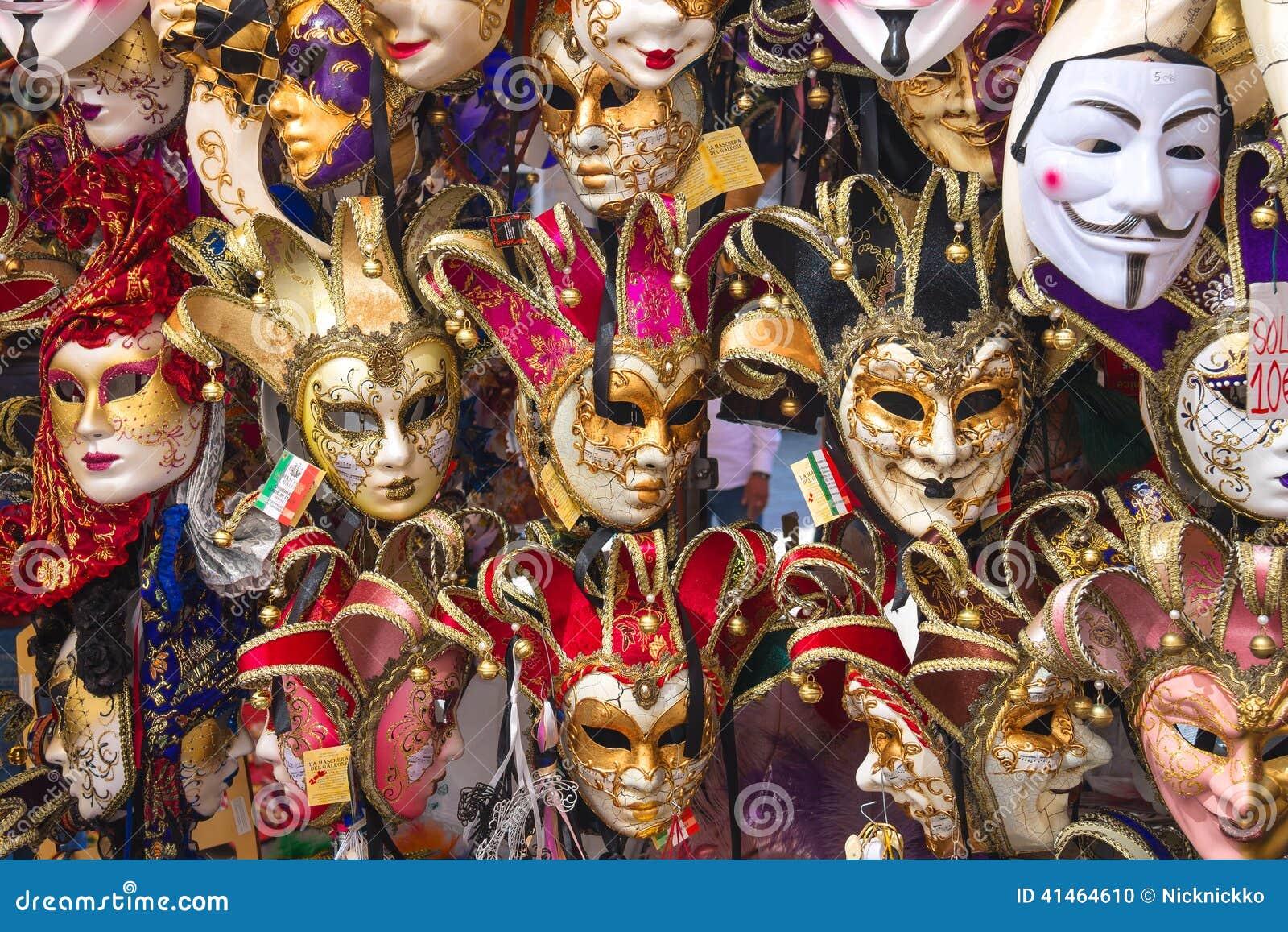 Souvenirs and carnival masks on street trading in venice - Mascaras de carnaval de venecia ...