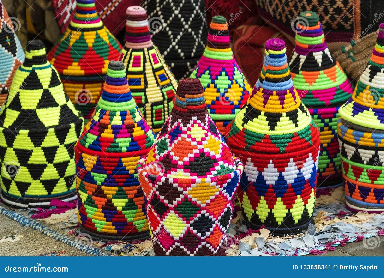 Souvenirs tissés colorés dans les modèles et les couleurs typiques à vendre
