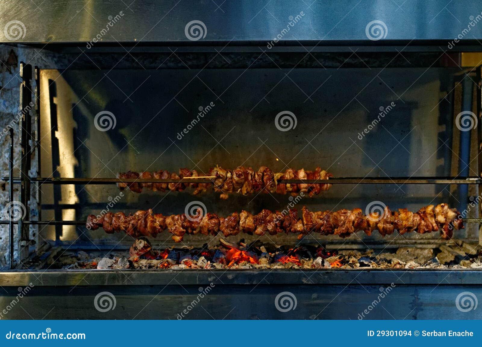 Souvlaki en el carbón de leña