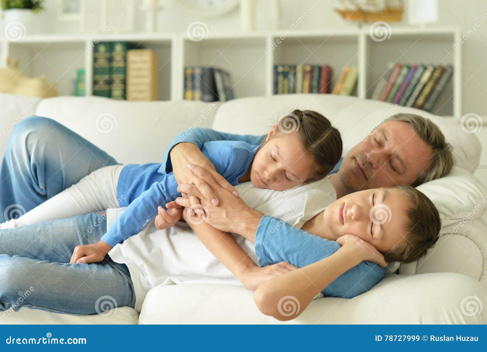 Sova brodern, systern och fadern i rum