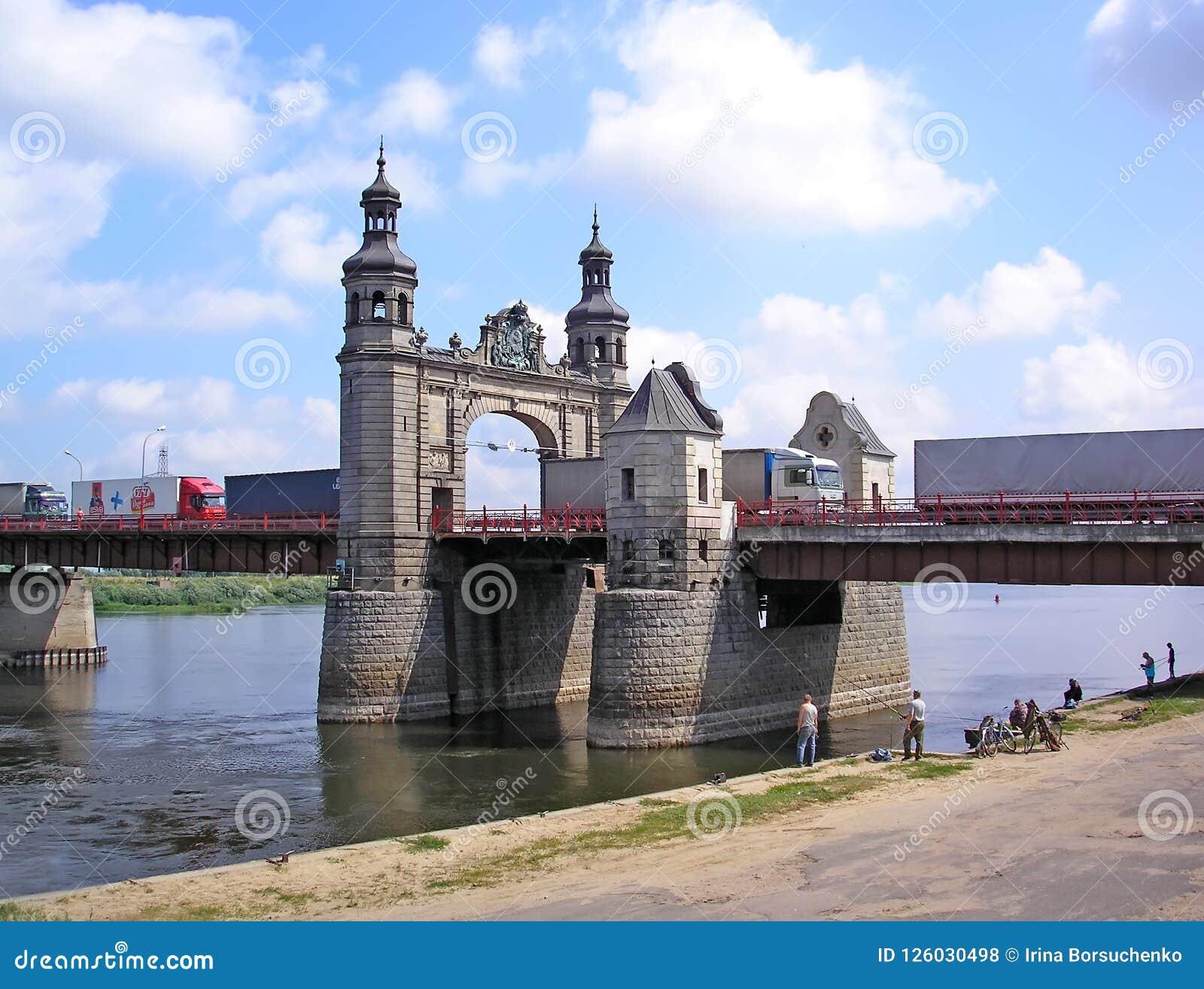 SOVETSK, RÚSSIA Movimento dos caminhões ao longo da ponte da rainha Louise Região de Kaliningrad