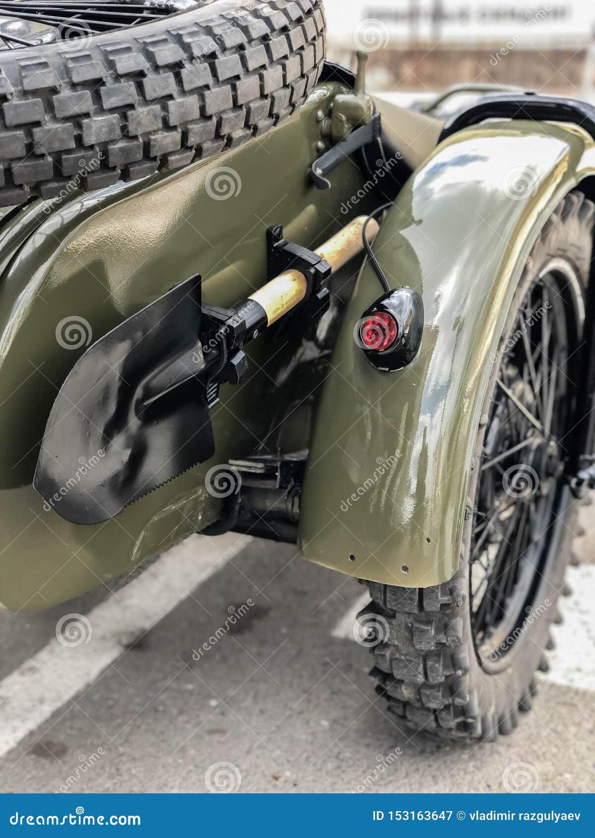 Sovjetisk armésapperskyffel av det andra världskriget på den ryska retro motorcykeln URAL