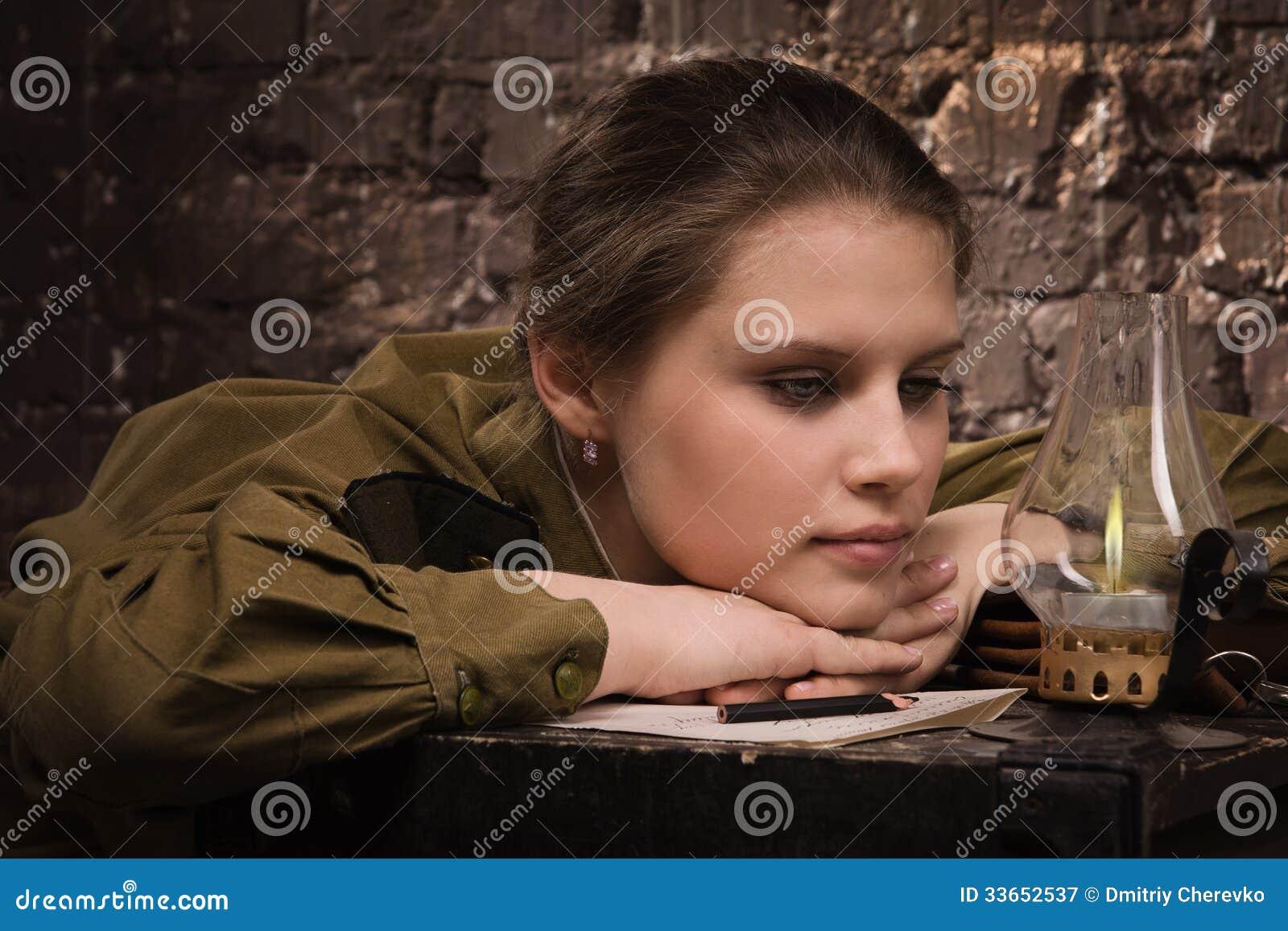 Sovjetisk kvinnlig soldat i likformig av wwii som ser branden ...