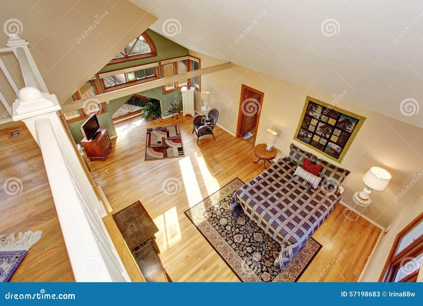 Sovrum för tappningvindstil med tv  och ädelträgolvet arkivfoto ...