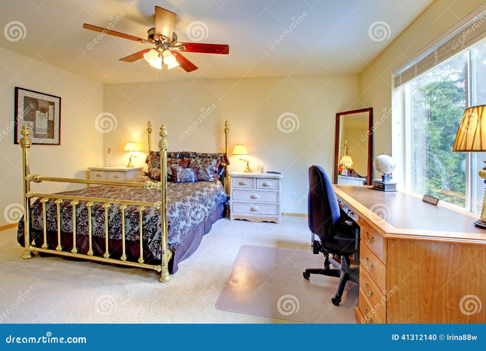 Ljust sovrum med antik säng royaltyfria foton   bild: 37884358