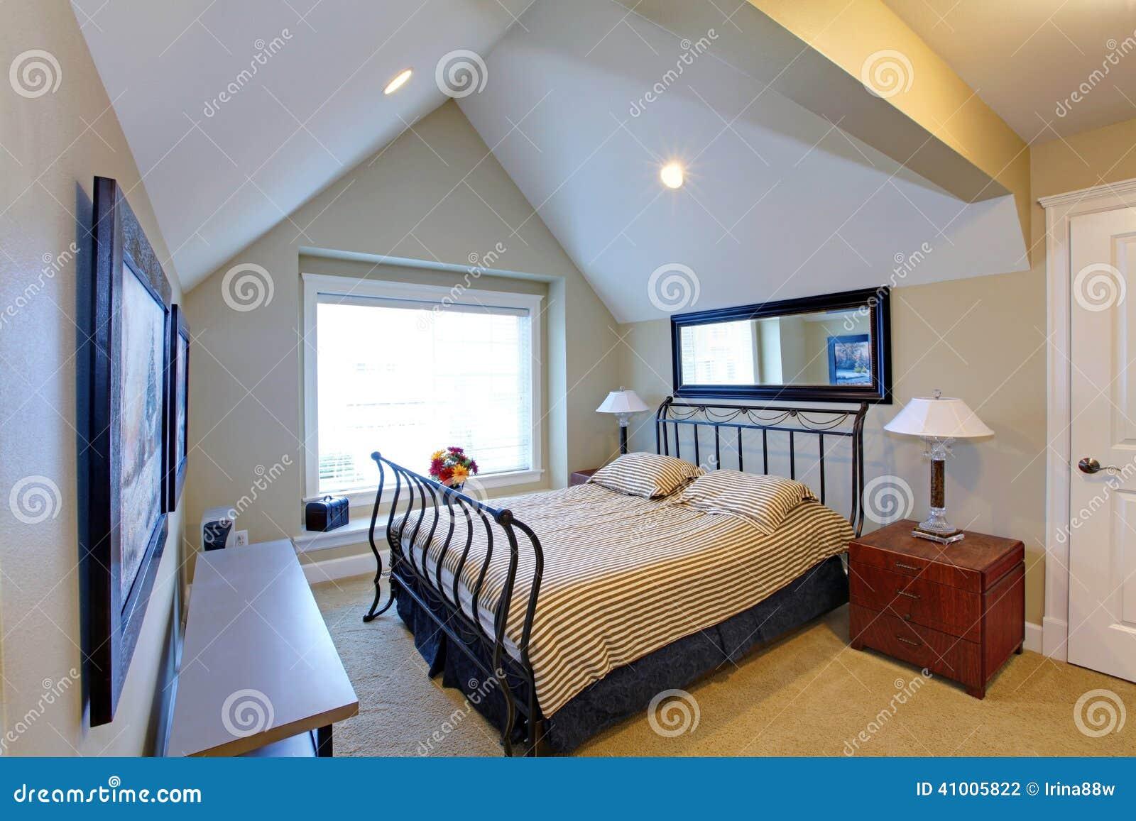 Sovrum med antik metallramsäng arkivfoto   bild: 41005822