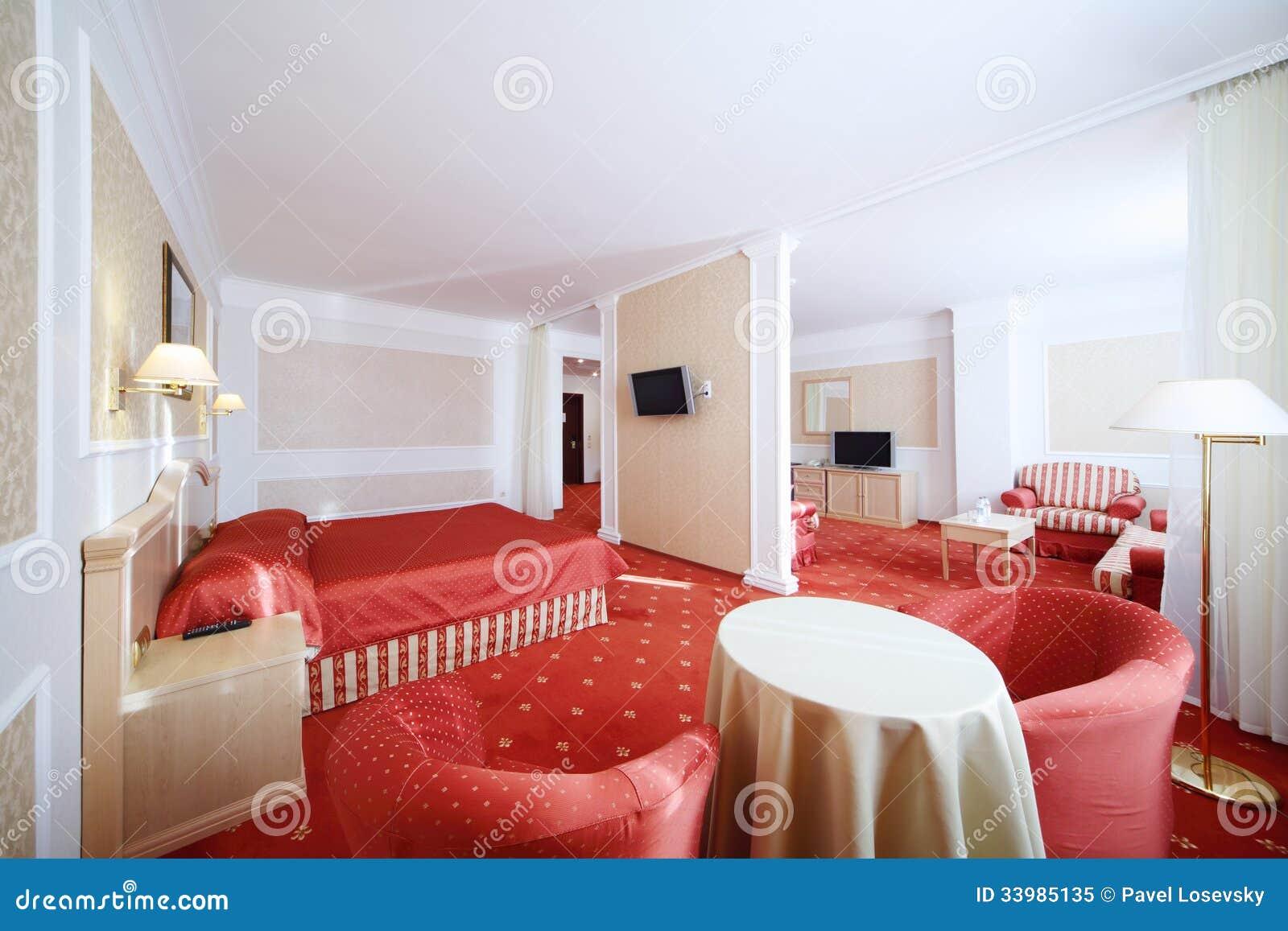 Sovrum Med Röd Säng Och Vardagsrum Royaltyfri Foto Bild 33985135
