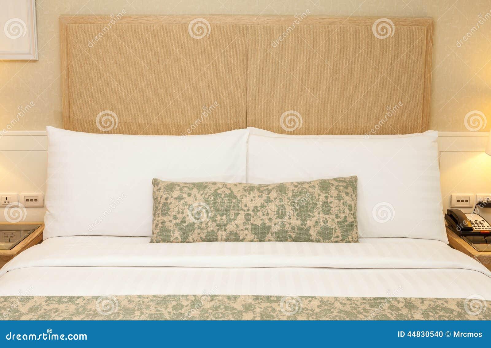Sovrumdesign med inredningar konung storleksanpassad säng, kuddar ...