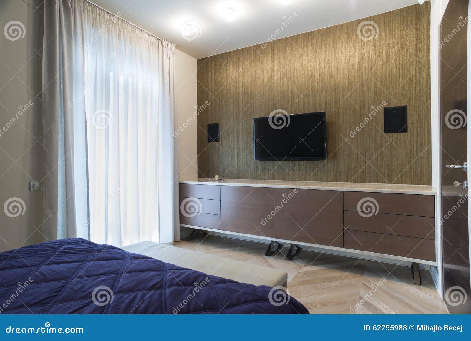Sovruminre med v ggen monterade tv och h gtalare arkivfoto bild av lampa inget 62255988 - Altezza tv a parete camera da letto ...