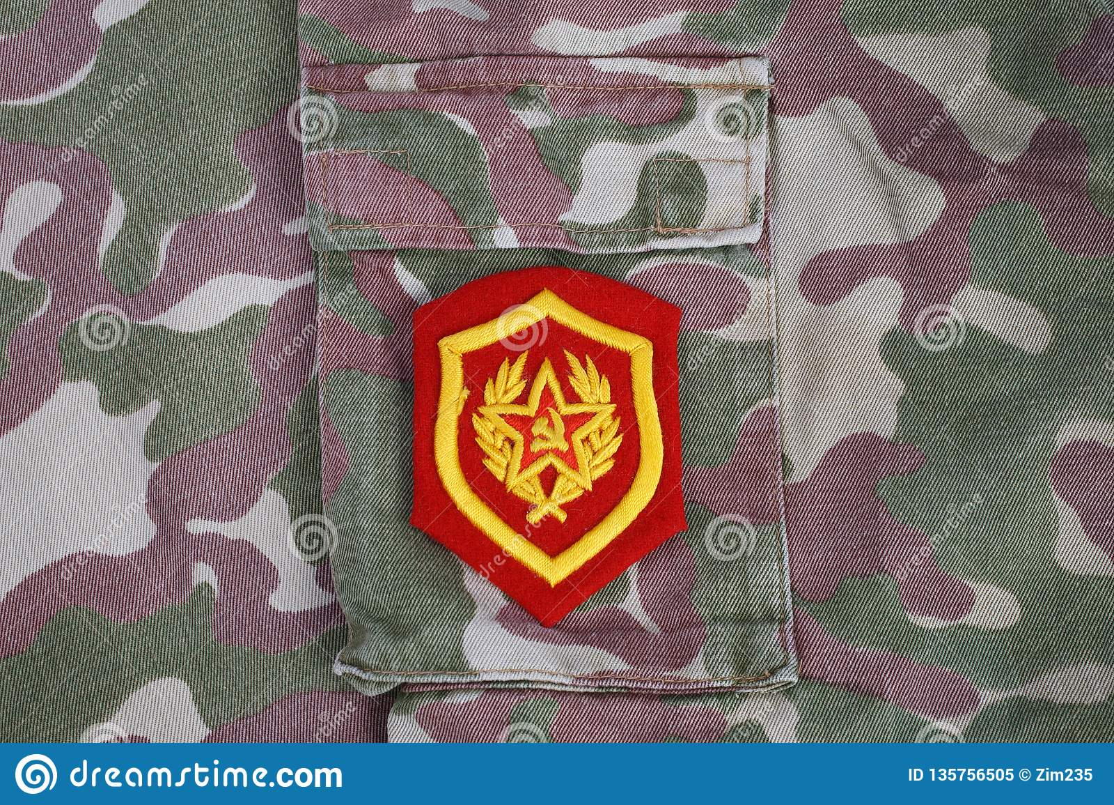 Sowjetischer Schulterflecken der mechanisierten Infanterie der Armee auf Tarnungsuniformhintergrund