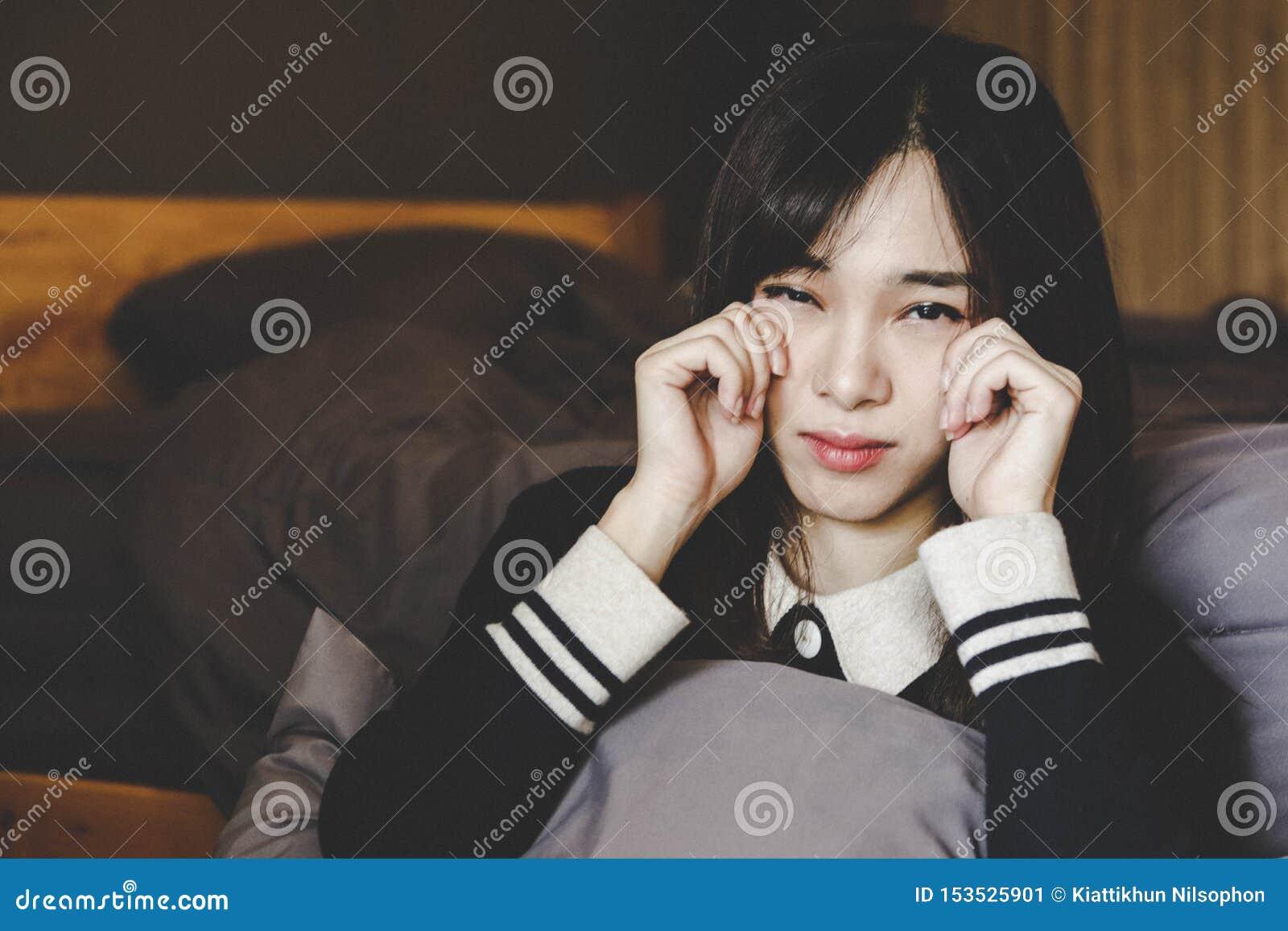 Sozinho da mulher bonita asiática e deprimido tristes, emoção, estilo do vintage