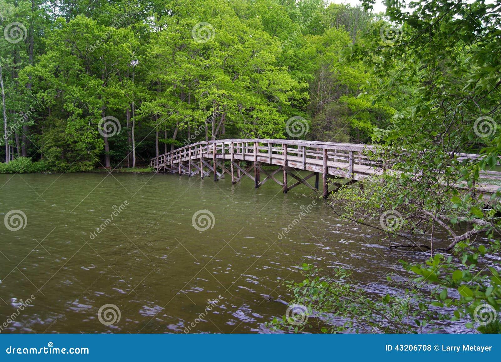 Download Spång till en ö arkivfoto. Bild av berg, lake, bana, walkway - 43206708