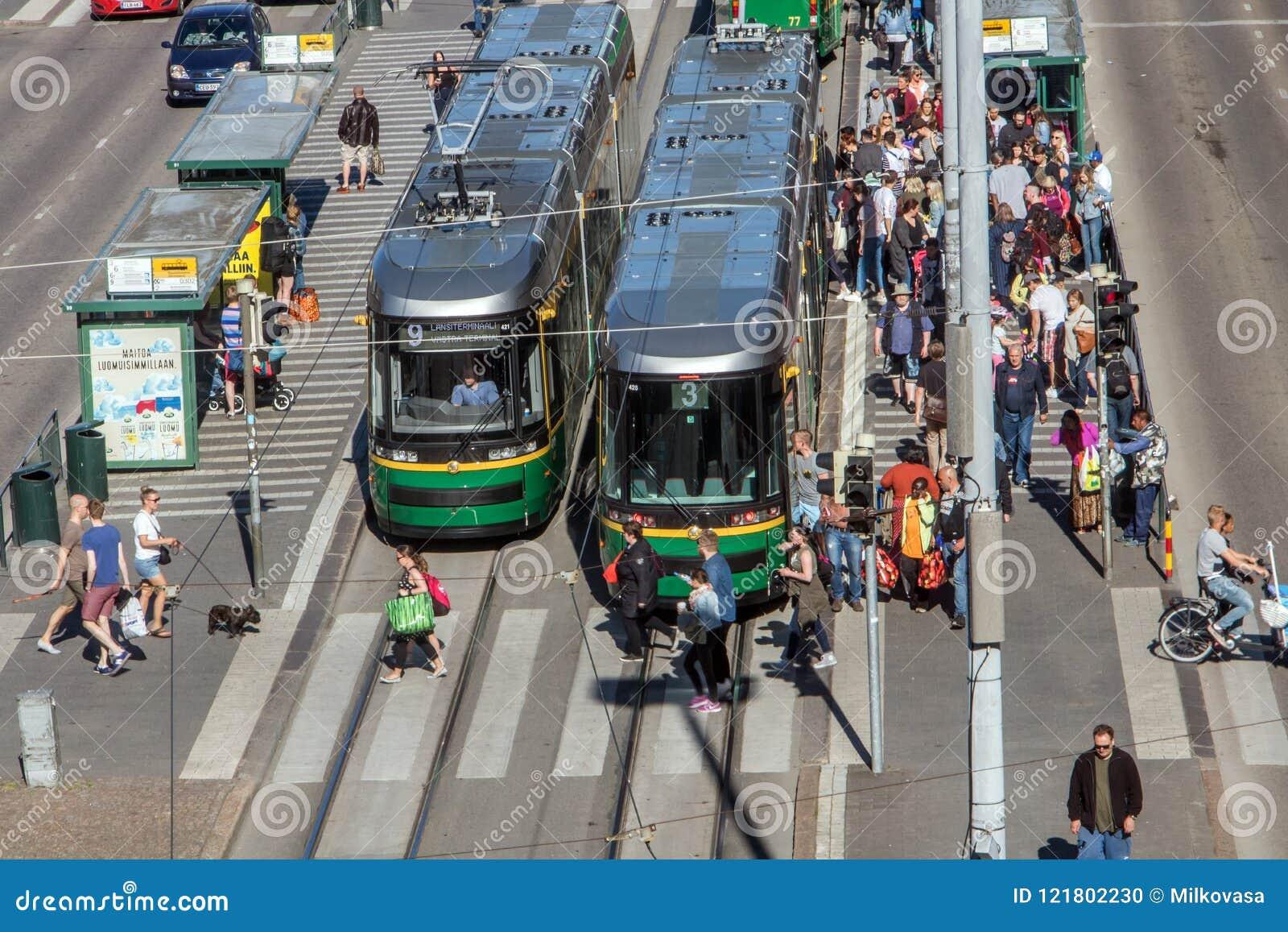 Spårvagnar står på den huvudsakliga gatan, Helsingfors