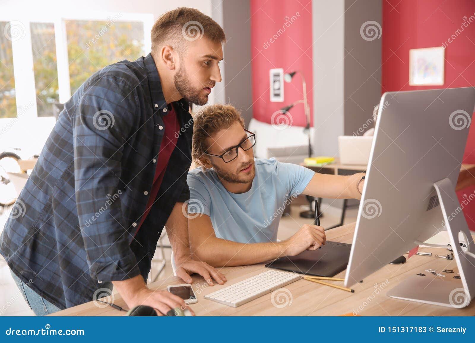 Spécialistes informatiques travaillant dans le bureau