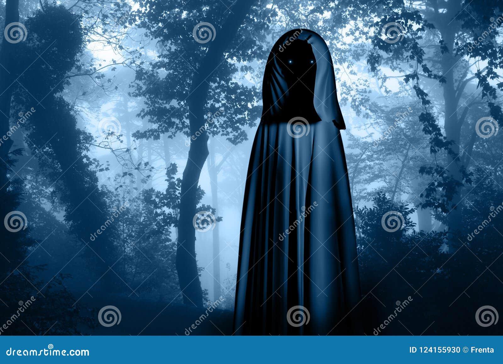 Spöklikt monster i med huva kappa i dimmig skog