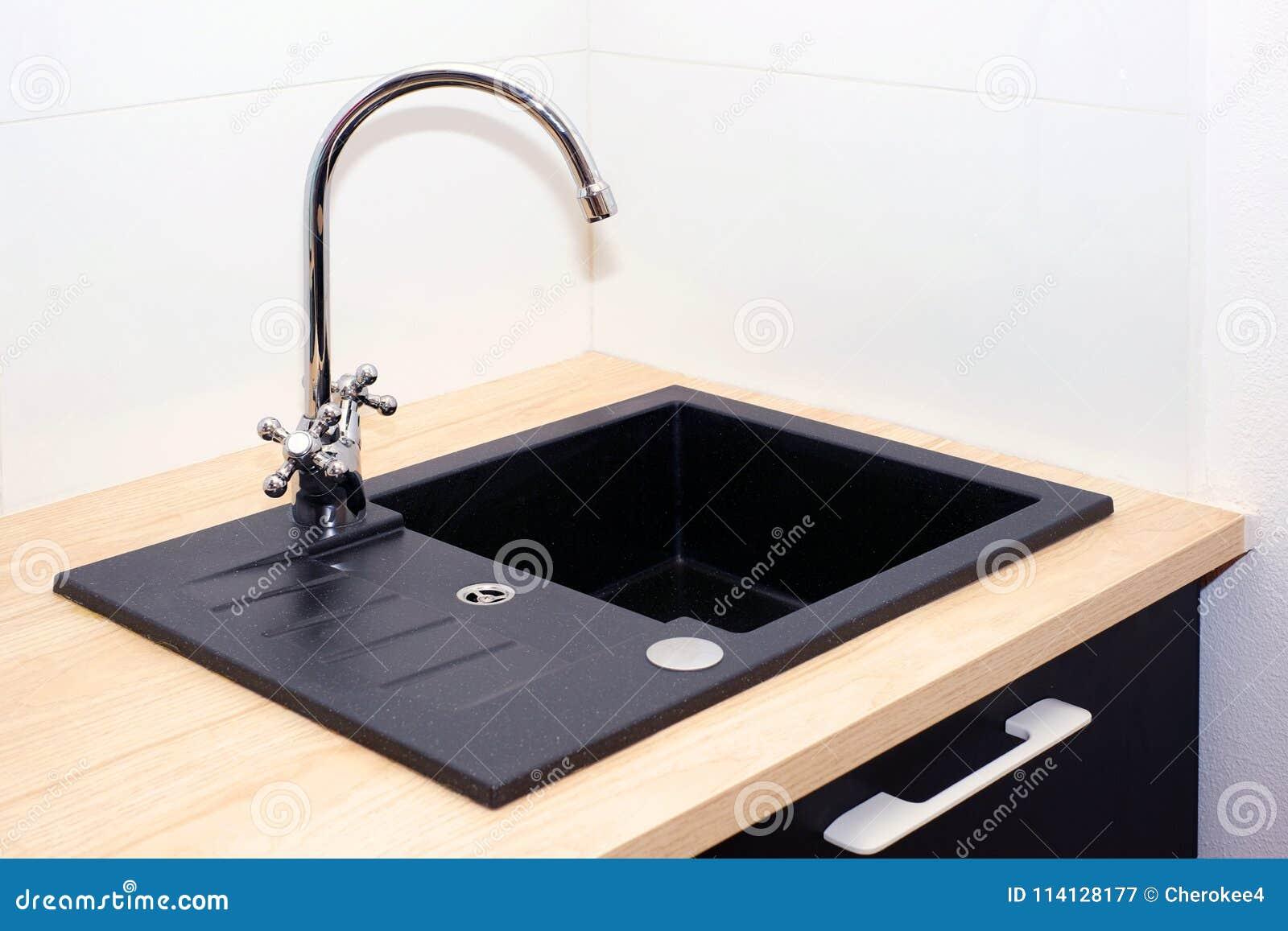Spulbecken Und Wasserhahn In Der Kuche In Einer Modernen Wohnung Haushaltsgerate Stockbild Bild Von Haushaltsgerate Kuche 114128177