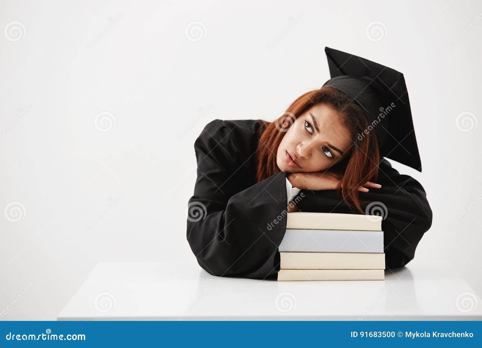 Spęczenie i męczący studiowanie afrykańska studencka dziewczyna i przyszłość absolwent kłaść na książkach myśleć o zawodzie i