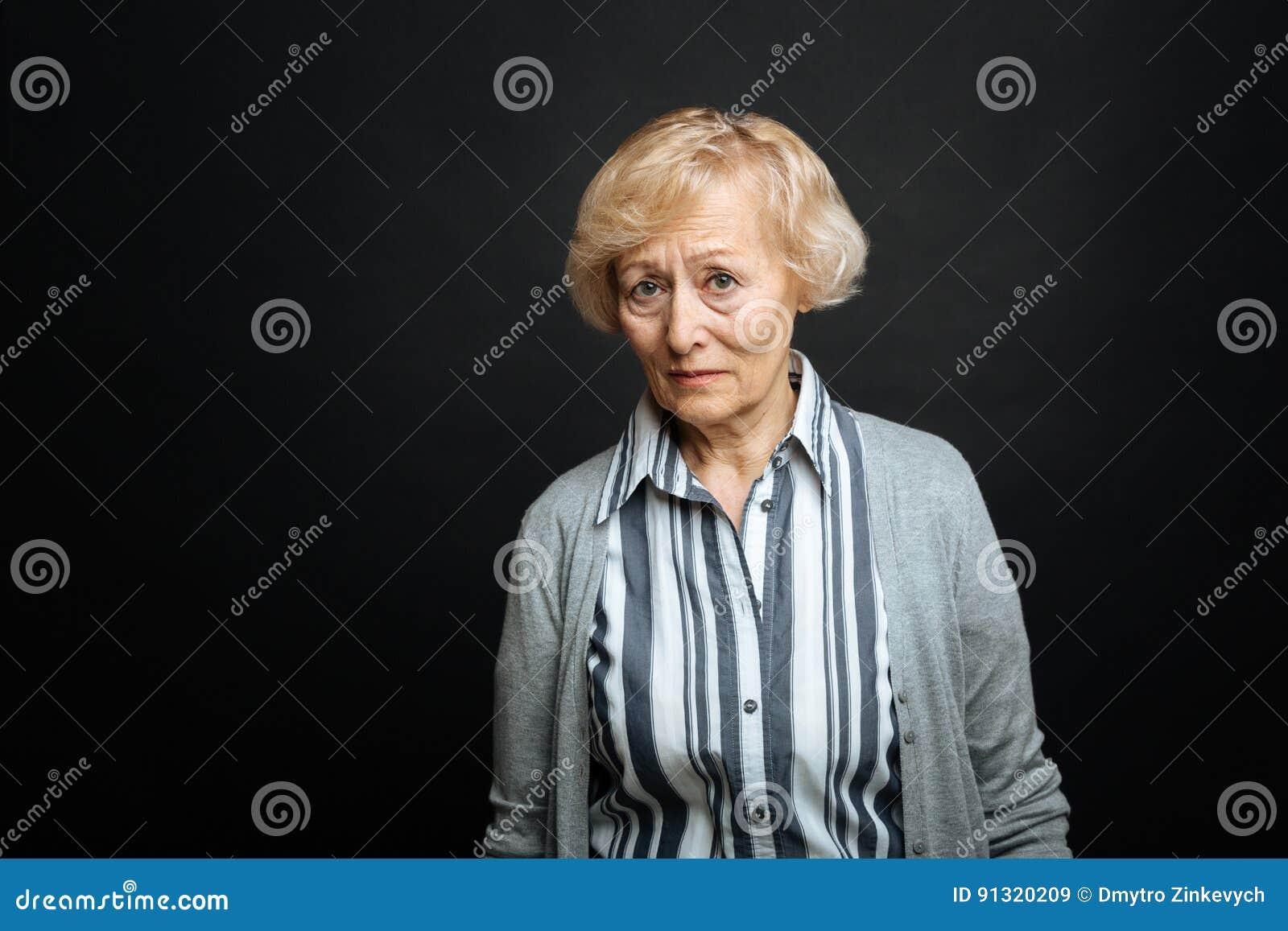 Spęczenie starzał się emeryta wyraża politowanie indoors