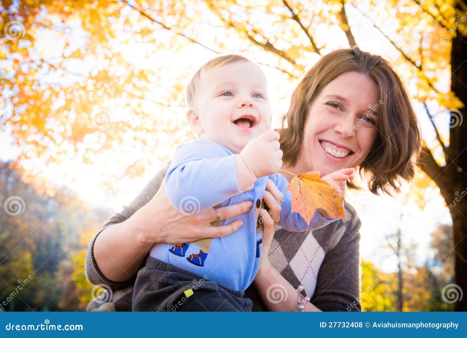 Spaß draußen mit Mamma