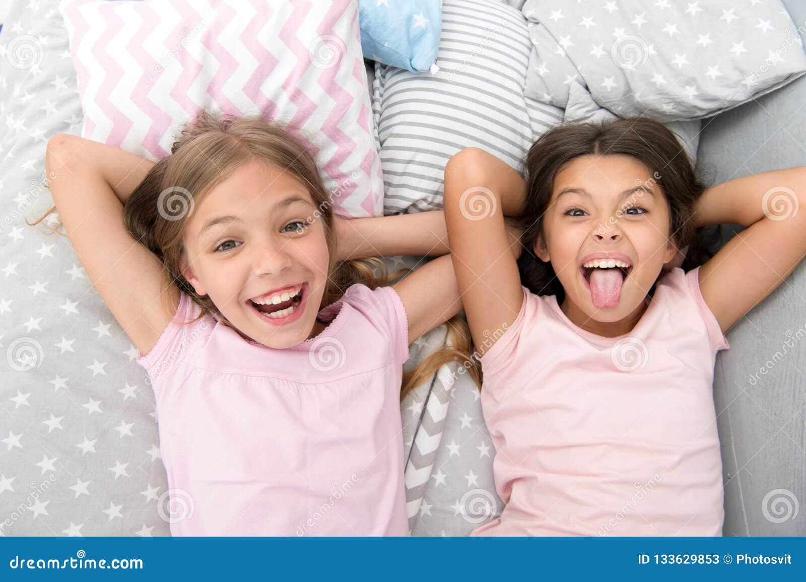 Spaß mit bestem Freund haben Kinderspielerische frohe Stimmung, die Spaß zusammen hat Pyjamapartei und -freundschaft schwestern