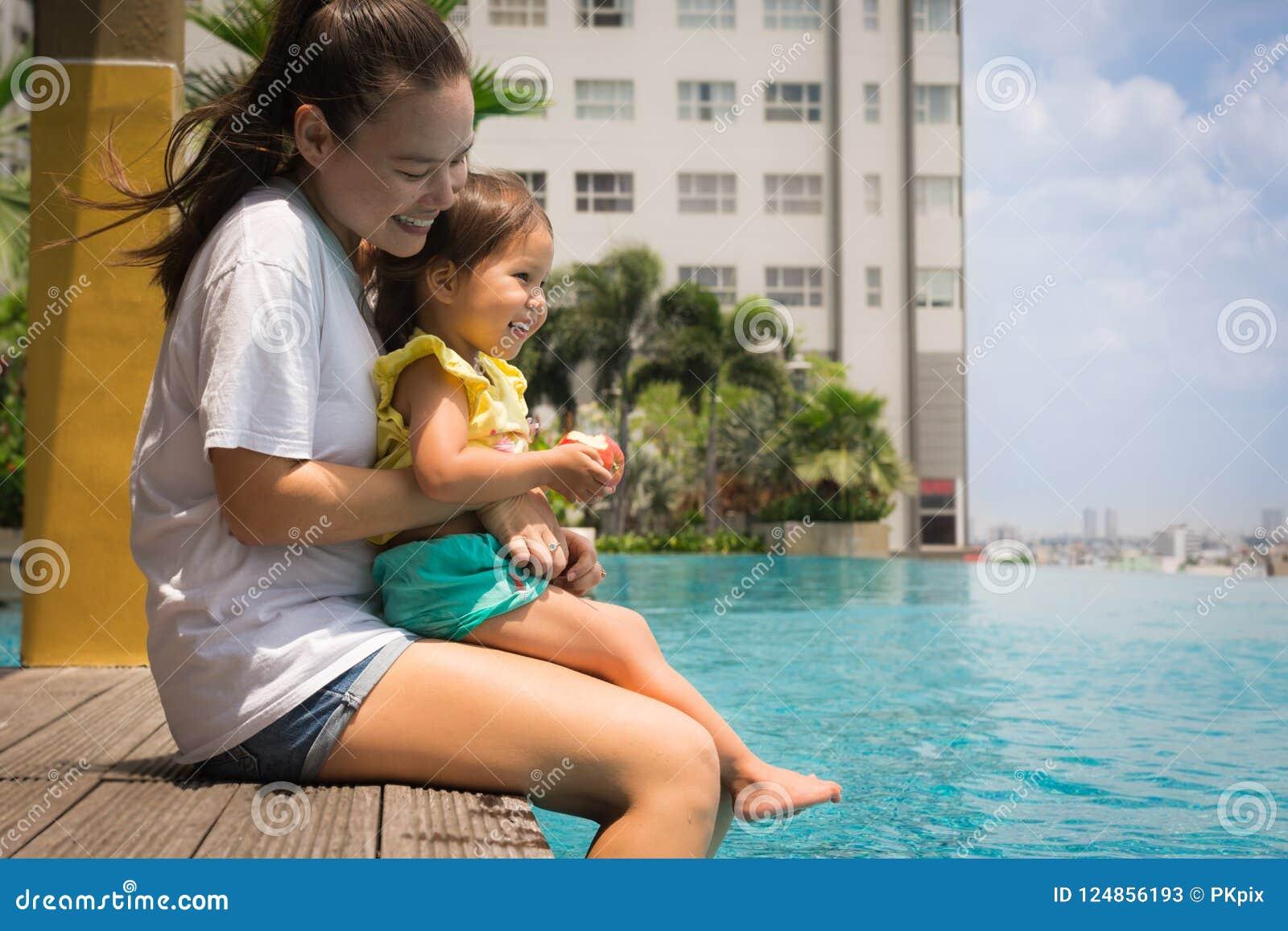 Spaßfamilien-Poolzeit mit Mutter und Kind Frauen mit eisigem Margarita