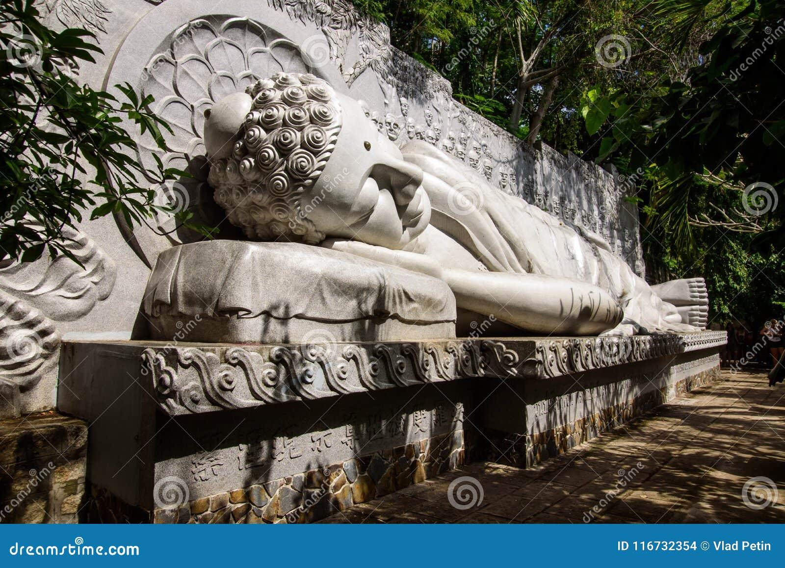 Spać Buddha przy Długą syn pagodą
