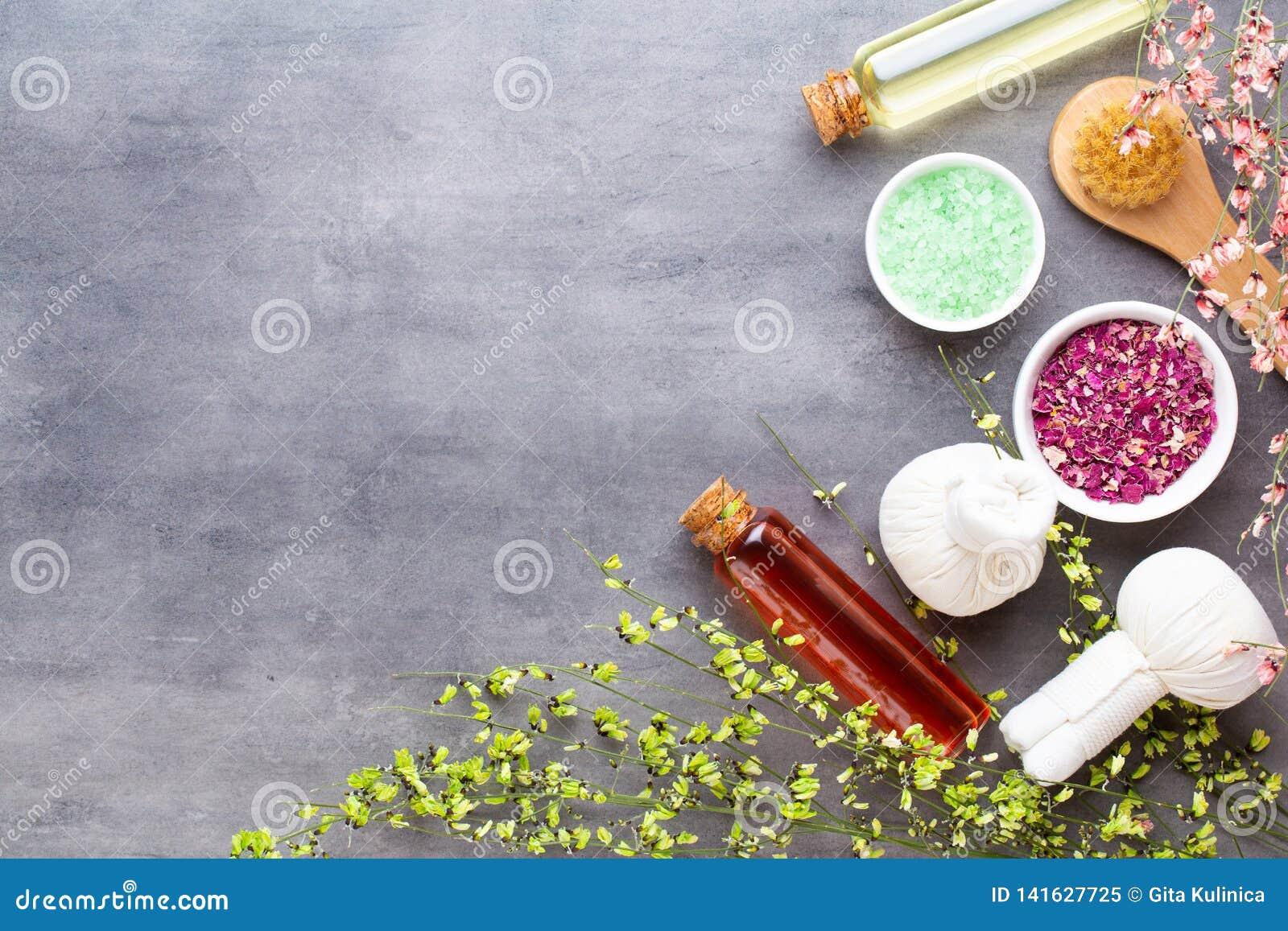 Spa behandlingbegrepp, plan lekmanna- sammansättning med naturliga kosmetiska produkter och massageborste, sikt från ovannämnt to