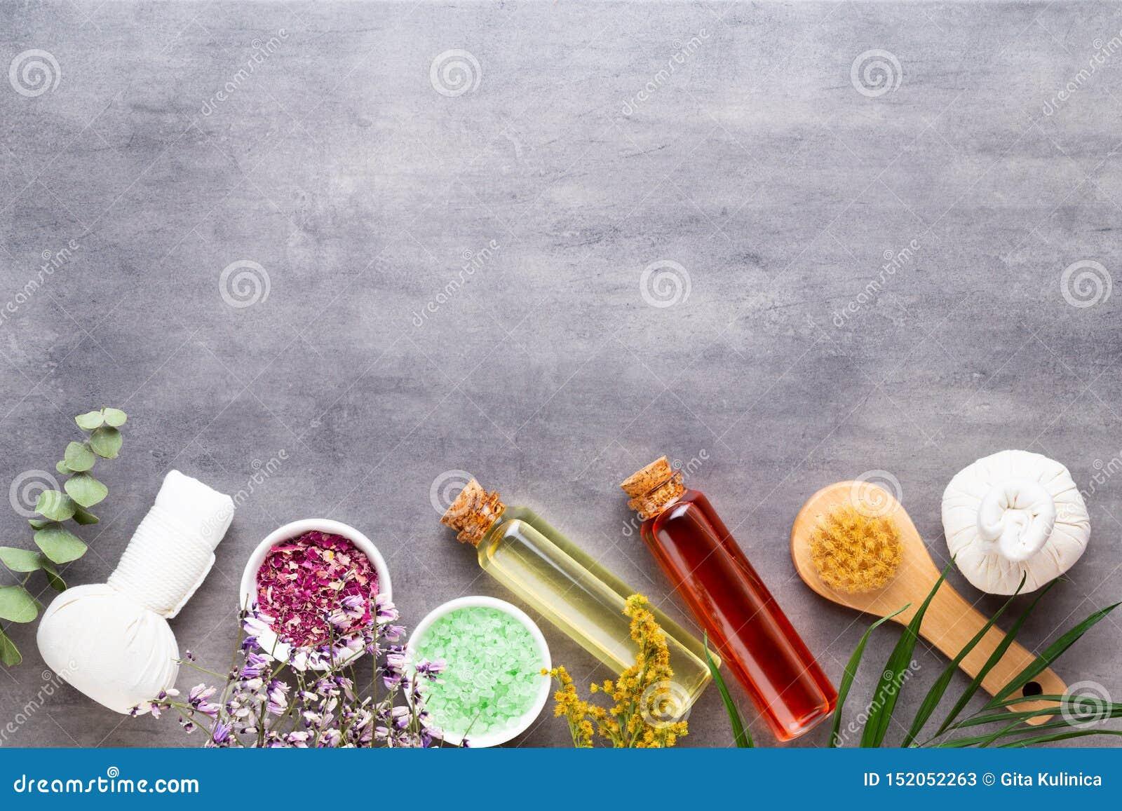 Spa behandlingbegrepp, plan lekmanna- sammans?ttning med naturliga kosmetiska produkter och massageborste, sikt fr?n ovann?mnt to