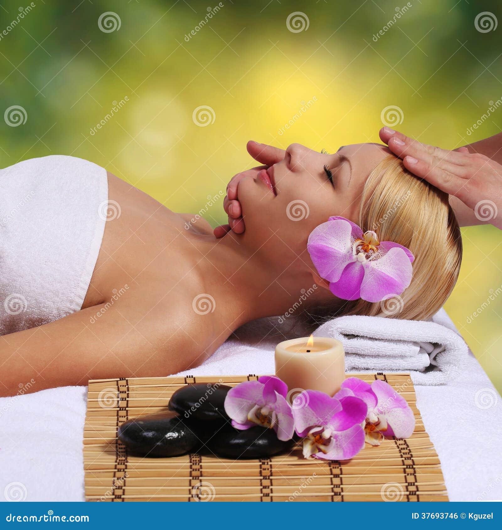 Spa. Härlig blond kvinna som får ansikts- massage. Utomhus-