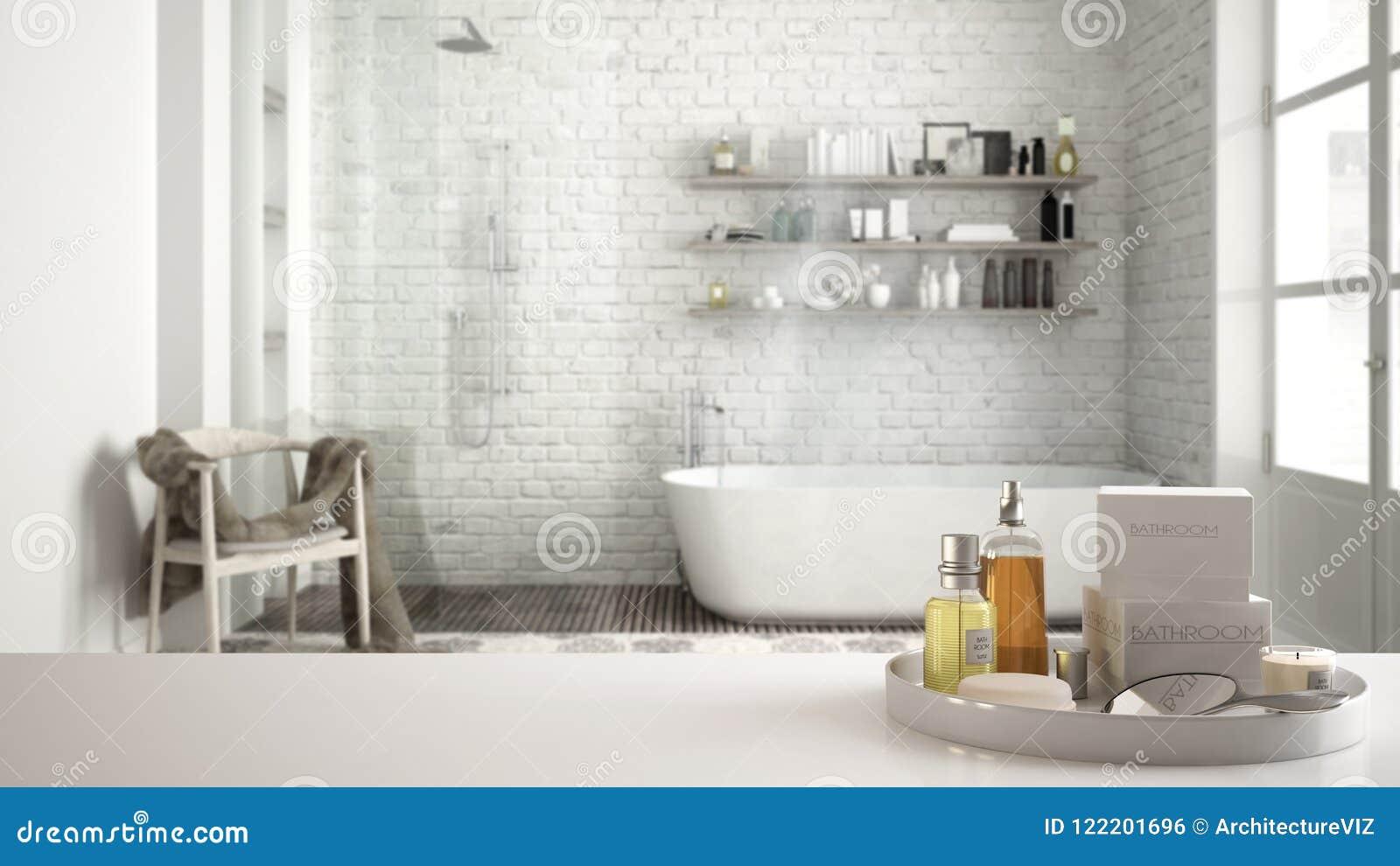 Spa hotellbadrumbegrepp Vit tabellöverkant eller hylla med badningtillbehör, toalettartiklar, över klassiskt badrum för suddig ta
