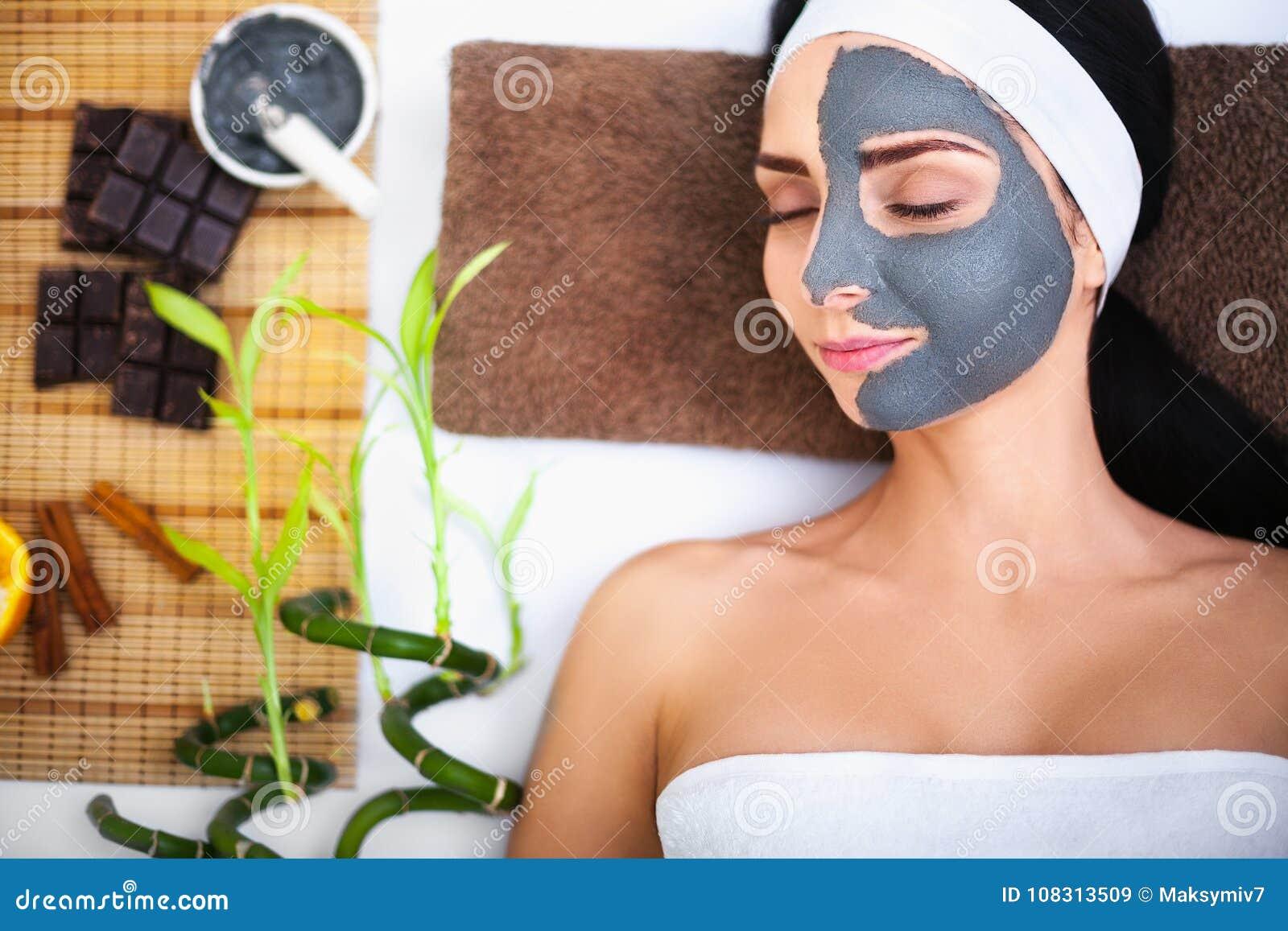 Spa massage för kvinna Terapeut Massaging Female Body med Arom