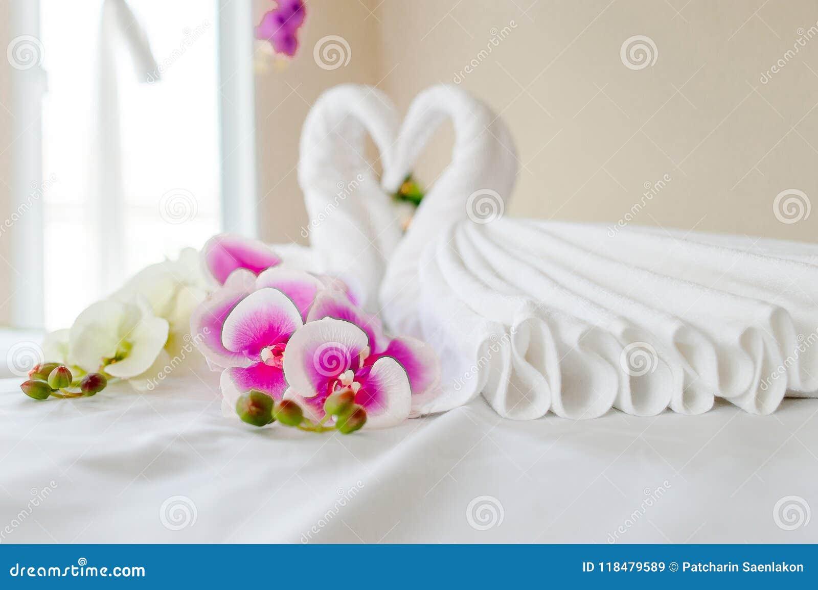 Spa och hälsovård med blommor och handdukar Naturprodukter till