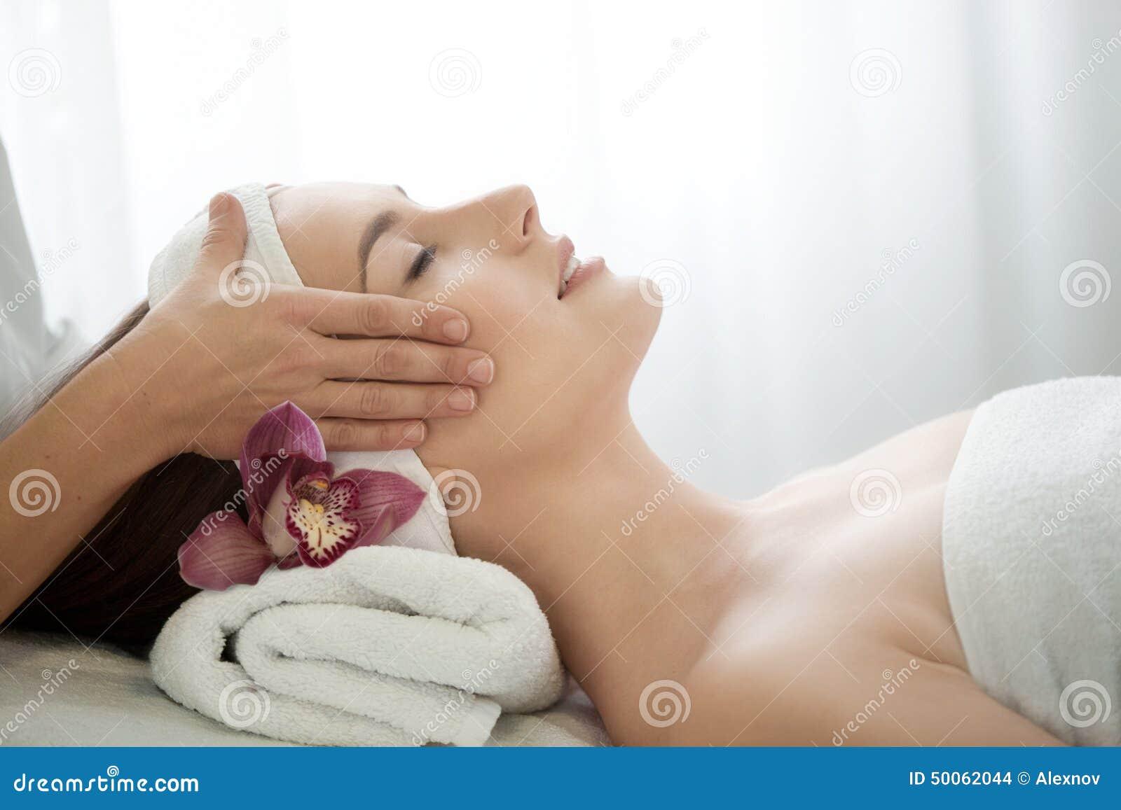 Spa salong: Ung härlig kvinna som har ansikts- massage